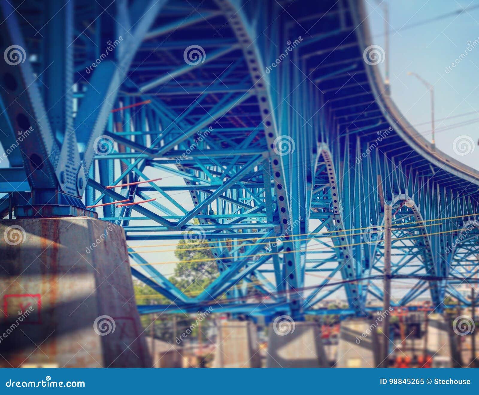 Błękitny Bridżowy bieg przez mieszkań Cleveland, Ohio