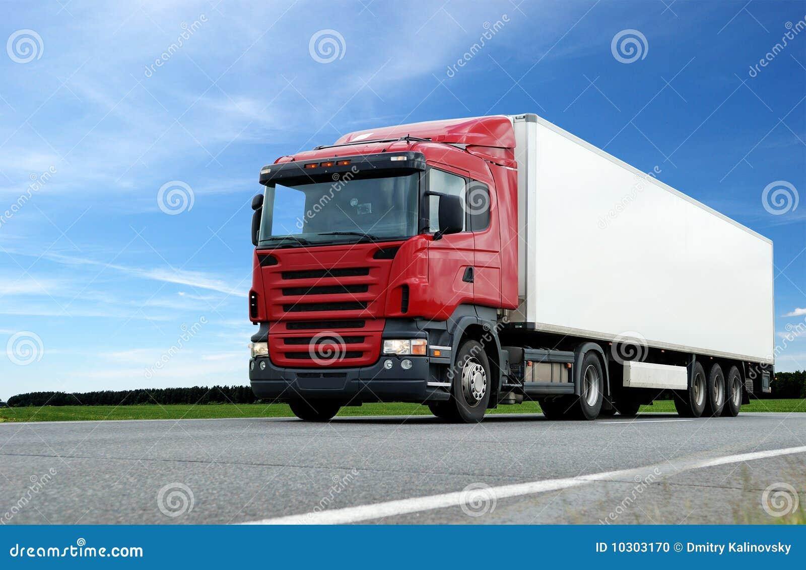 Błękitny ciężarówka nad czerwonym nieba przyczepy biel