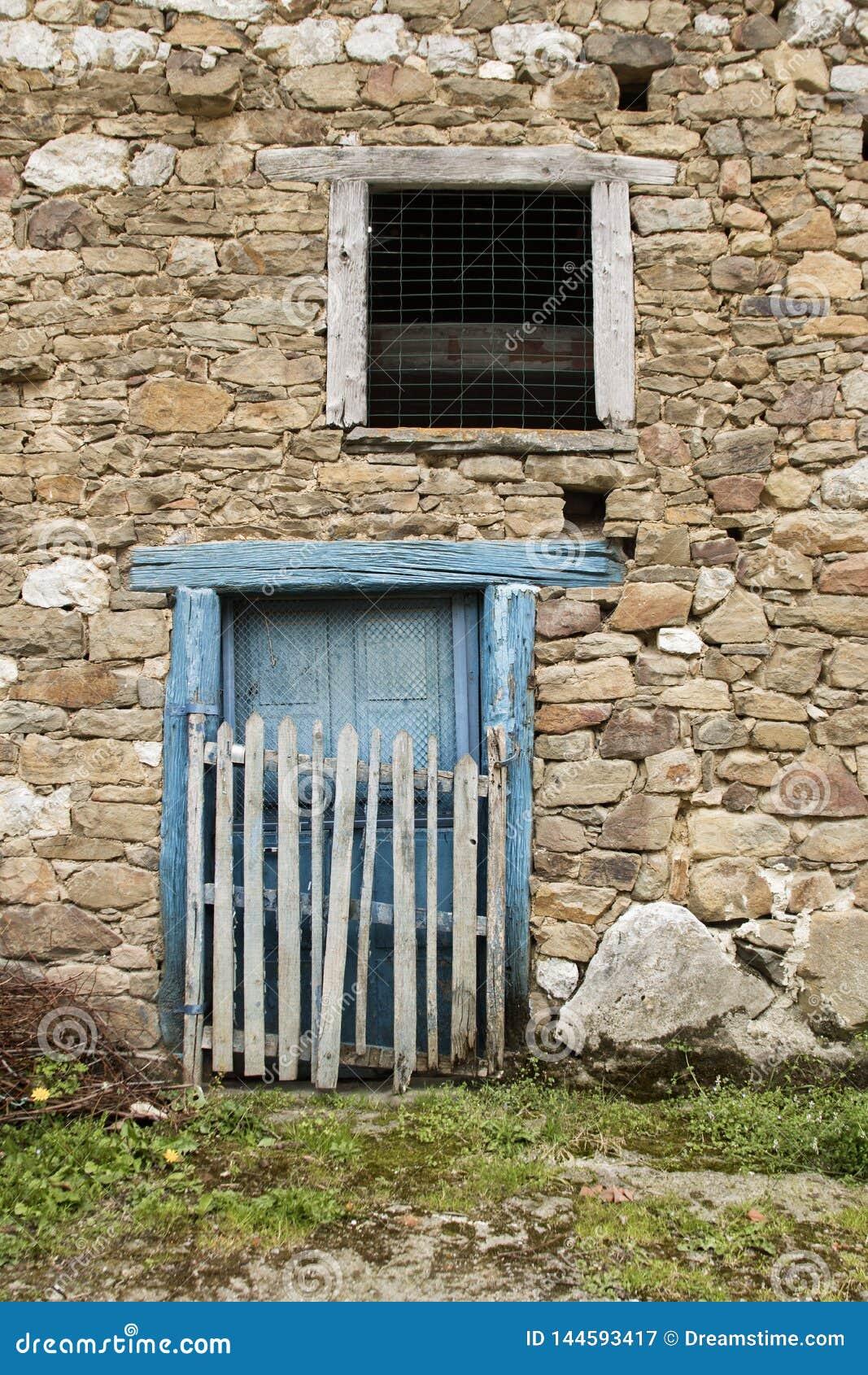 Błękitny drzwi i kamienna ściana