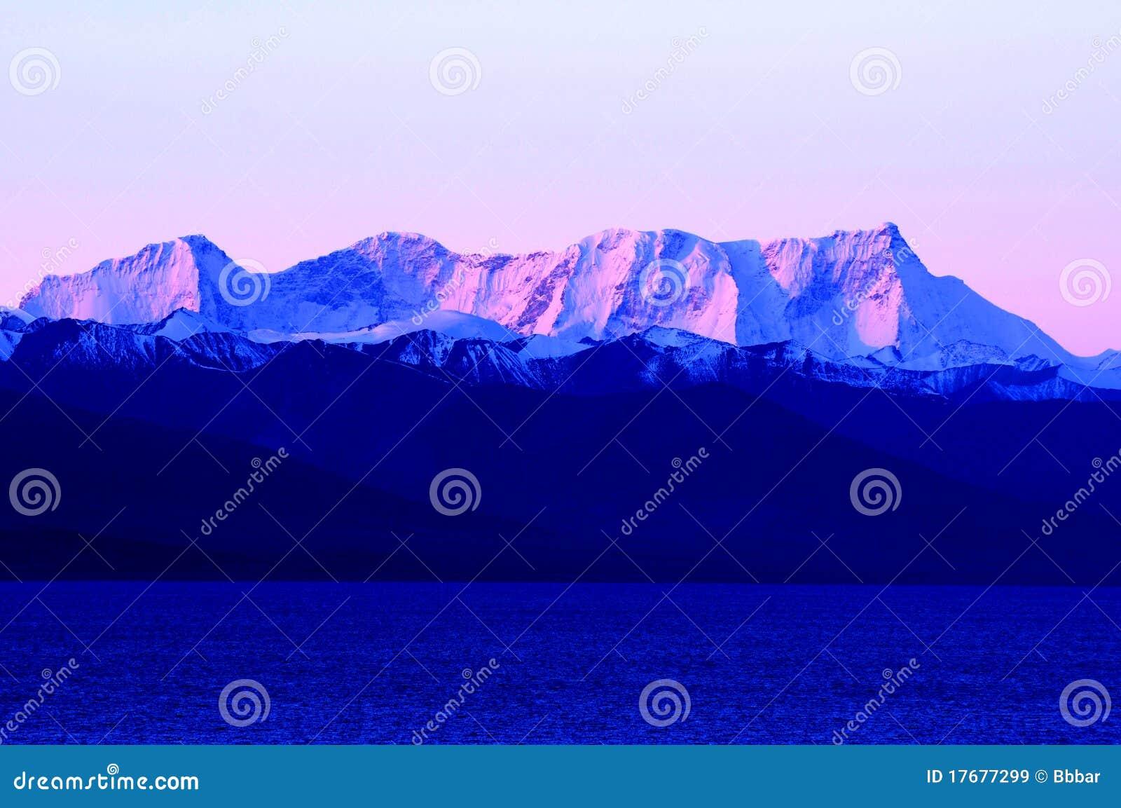 Błękitny jeziora krajobrazu gór śnieg