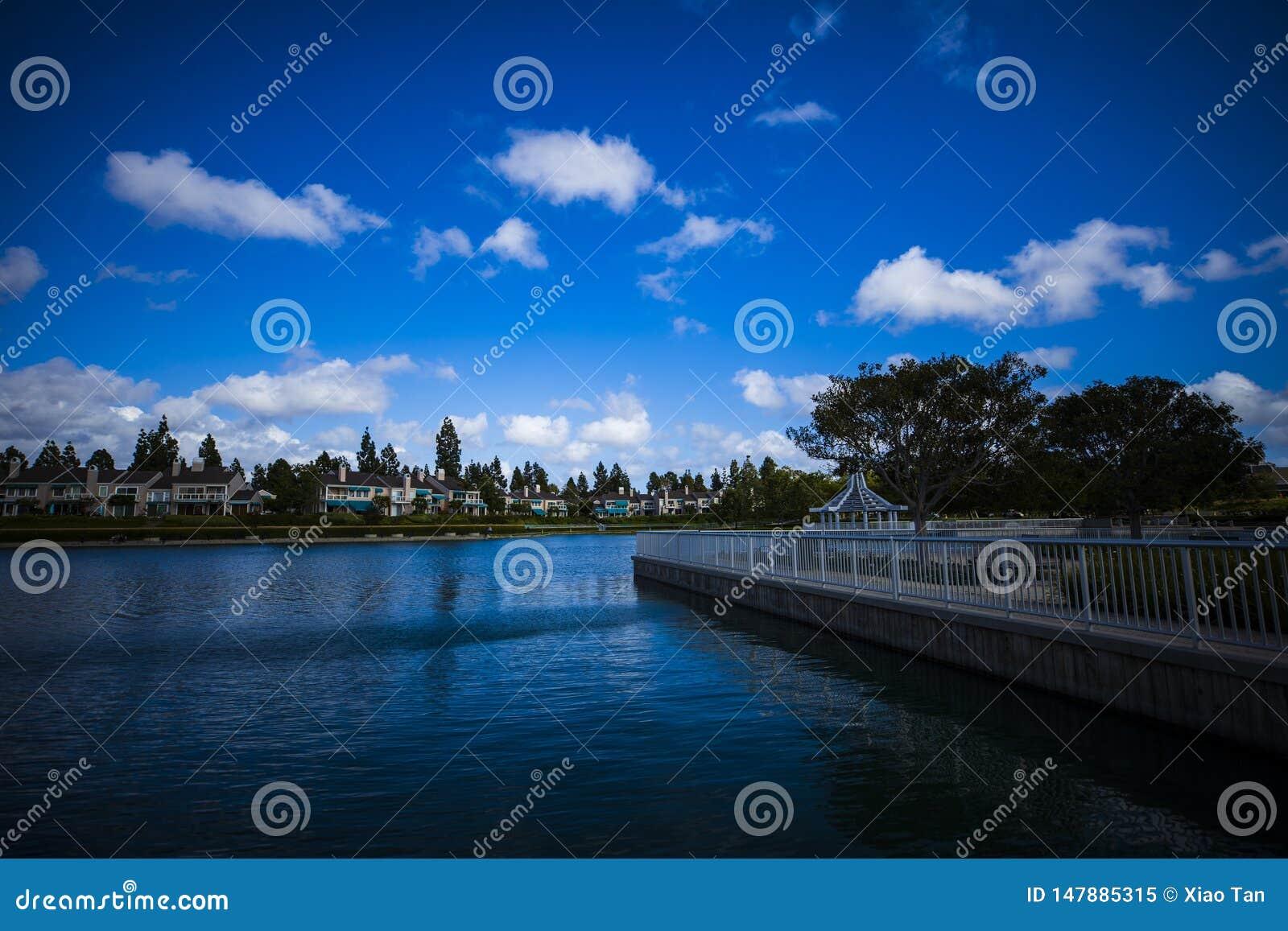 Błękitny jezioro w ładnym dniu