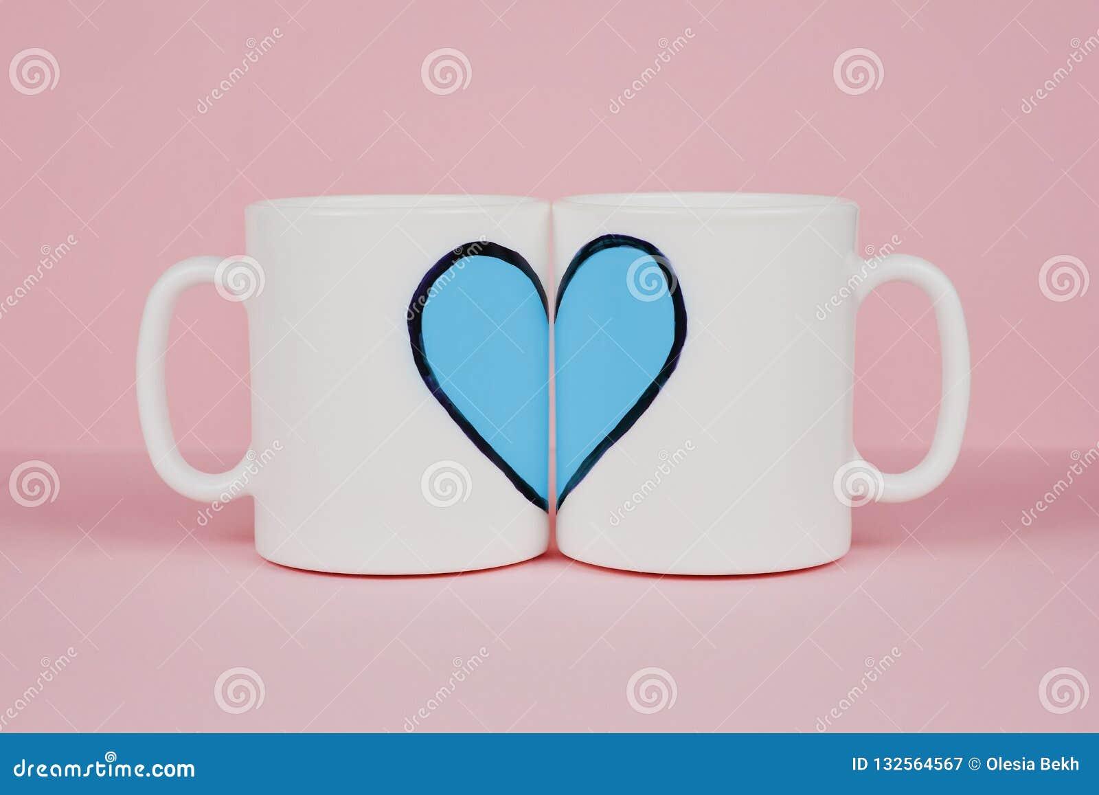 Błękitny kierowy i dwa filiżanki na różowym tle Walentynka dzień, miłość, ślubny pojęcie