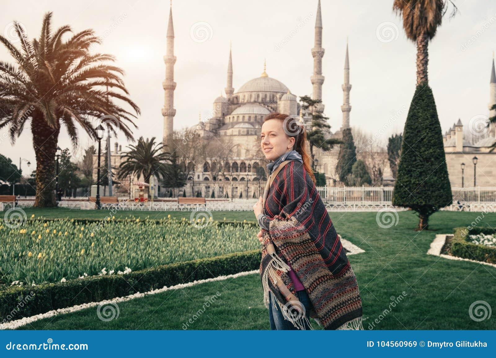 Błękitny meczet Istanbuł i młody podróżnik w przedpolu