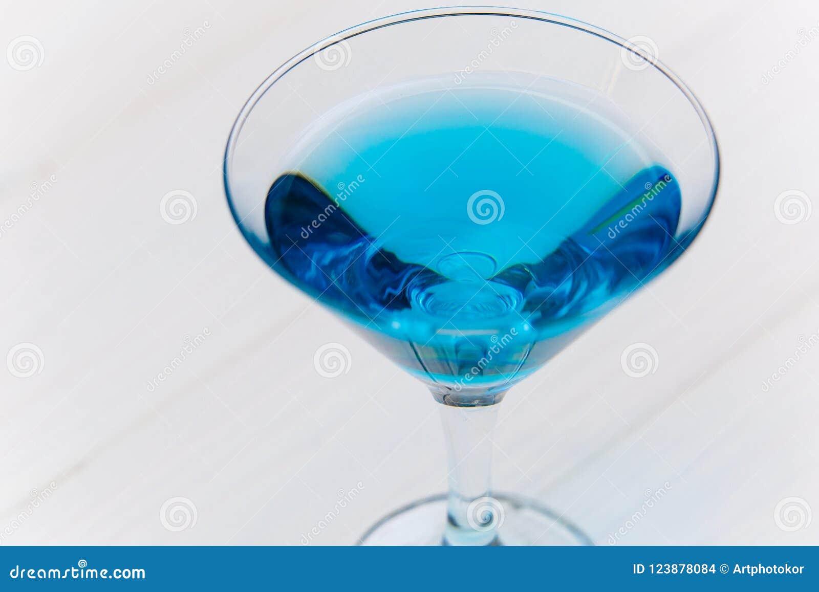 Błękitny napój w przejrzystym koktajlu szkła zakończeniu