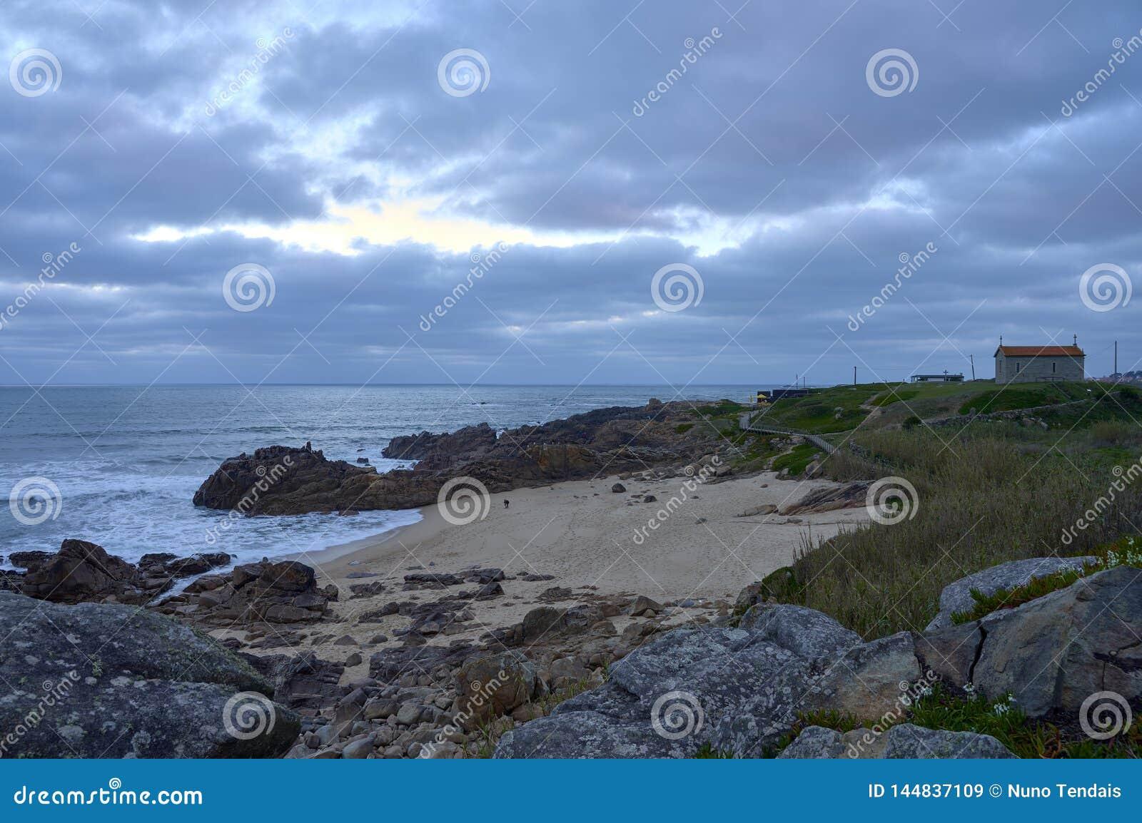 Błękitny nastrój z chmurnym sk nad plażą