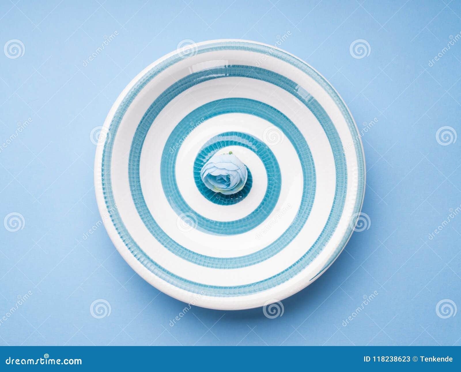 Błękitny pastelowy ceramiczny naczynie z spiralą