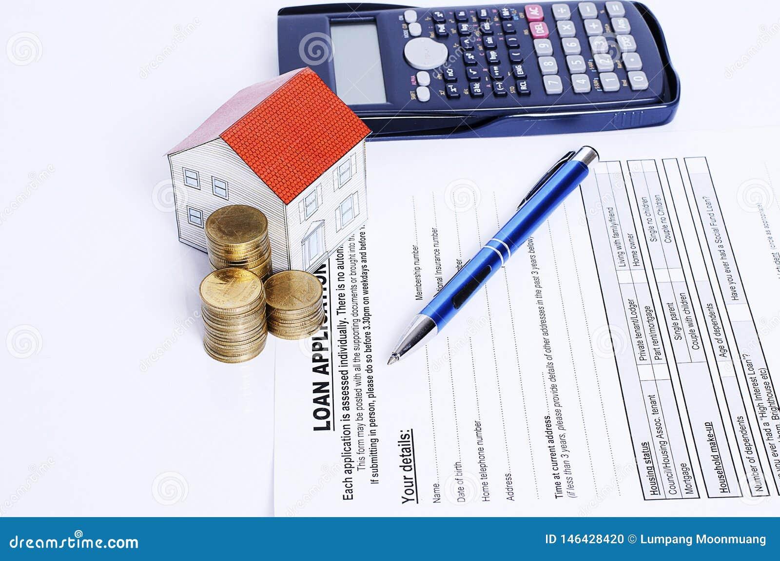 Błękitny pióro z monetami broguje kalkulatora na pożyczki zastosowaniu i mieści papier i