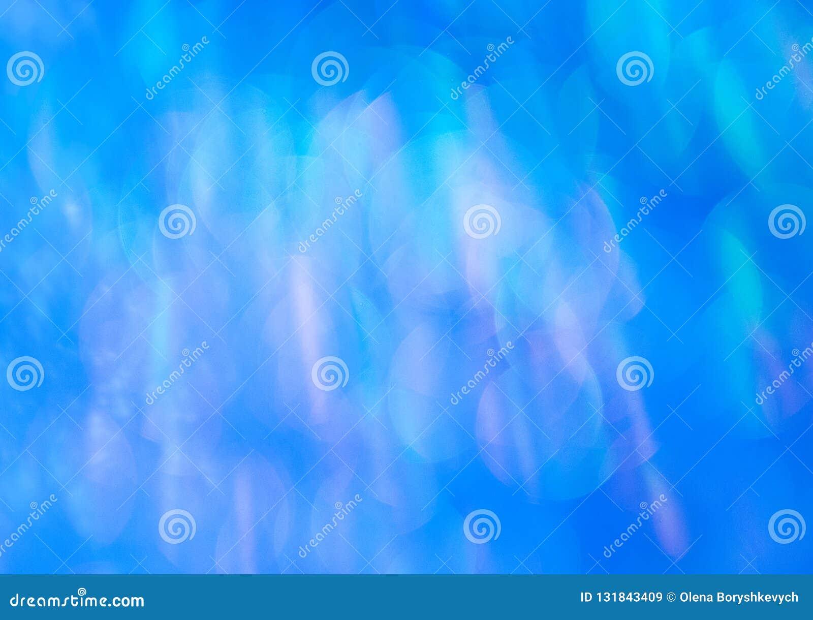 Błękitny połysk w promieniach słońce