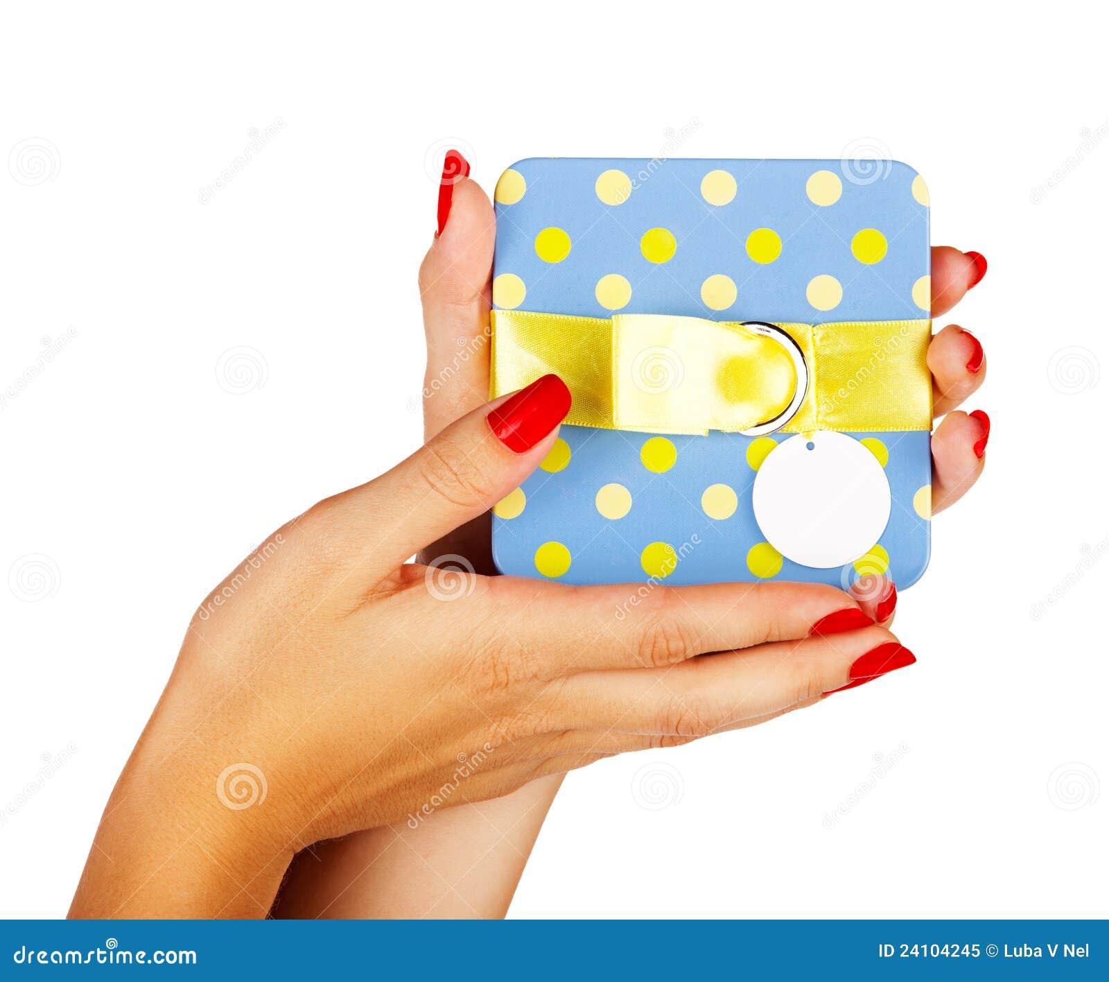 Błękitny prezenta pudełko w kobiet rękach