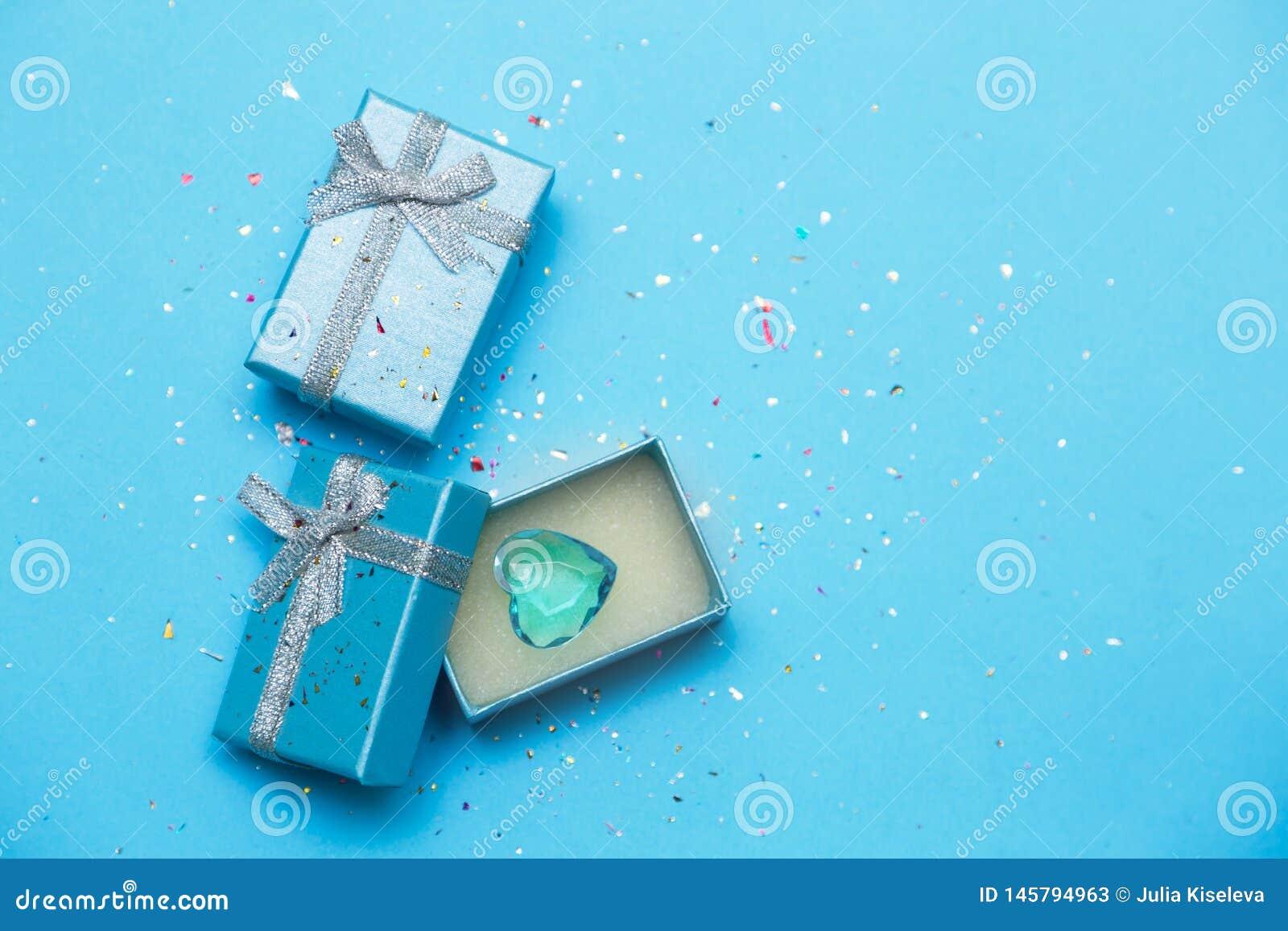Błękitny prezenta pudełko z biżuterii i kryształu sercem niebieska t?a