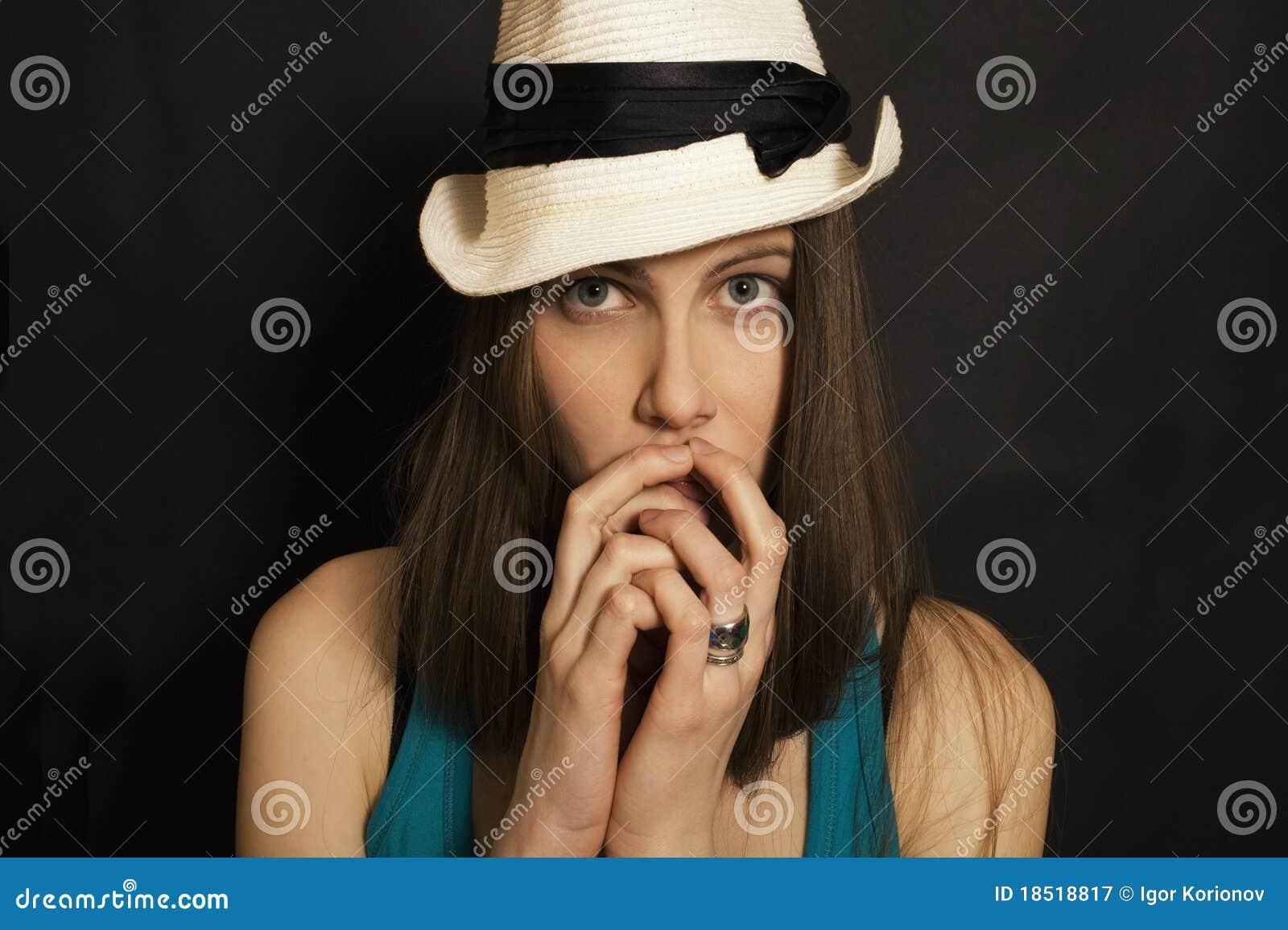 Błękitny przyglądający się dziewczyny kapeluszowi portreta biel potomstwa