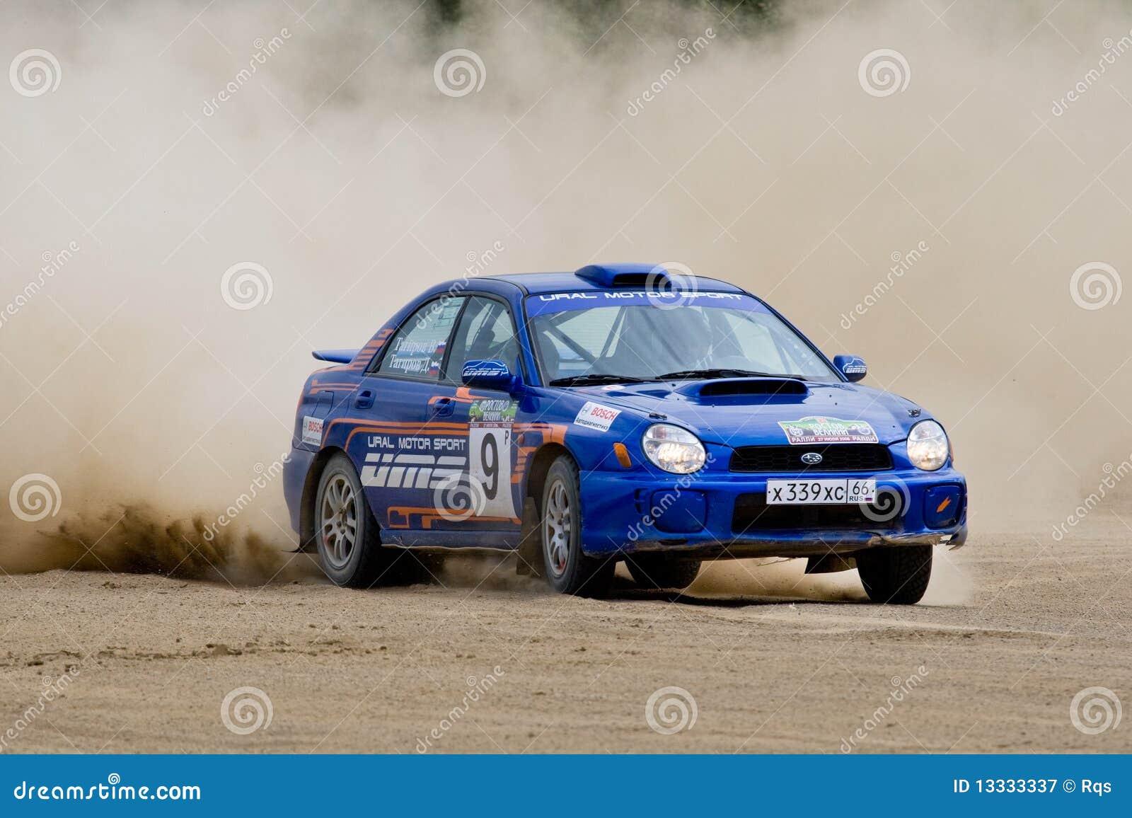Błękitny samochodowy impreza wiecu subaru