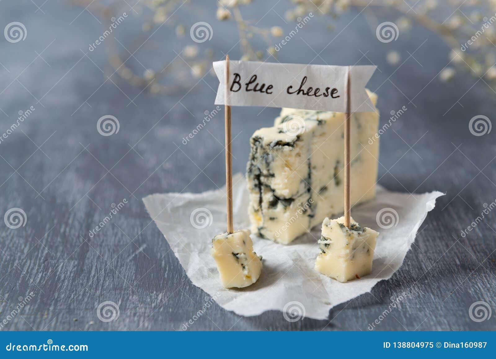 Błękitny ser z błękitną foremką i sztandar z imieniem na popielatym tle kosmos kopii