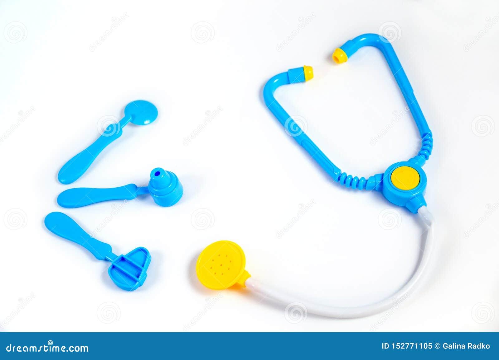 Błękitny stetoskop, otoskop, młot, stomatologiczny lustro Odizolowywający na białym tle poj?cie k?ama medycyny pieni?dze ustalone