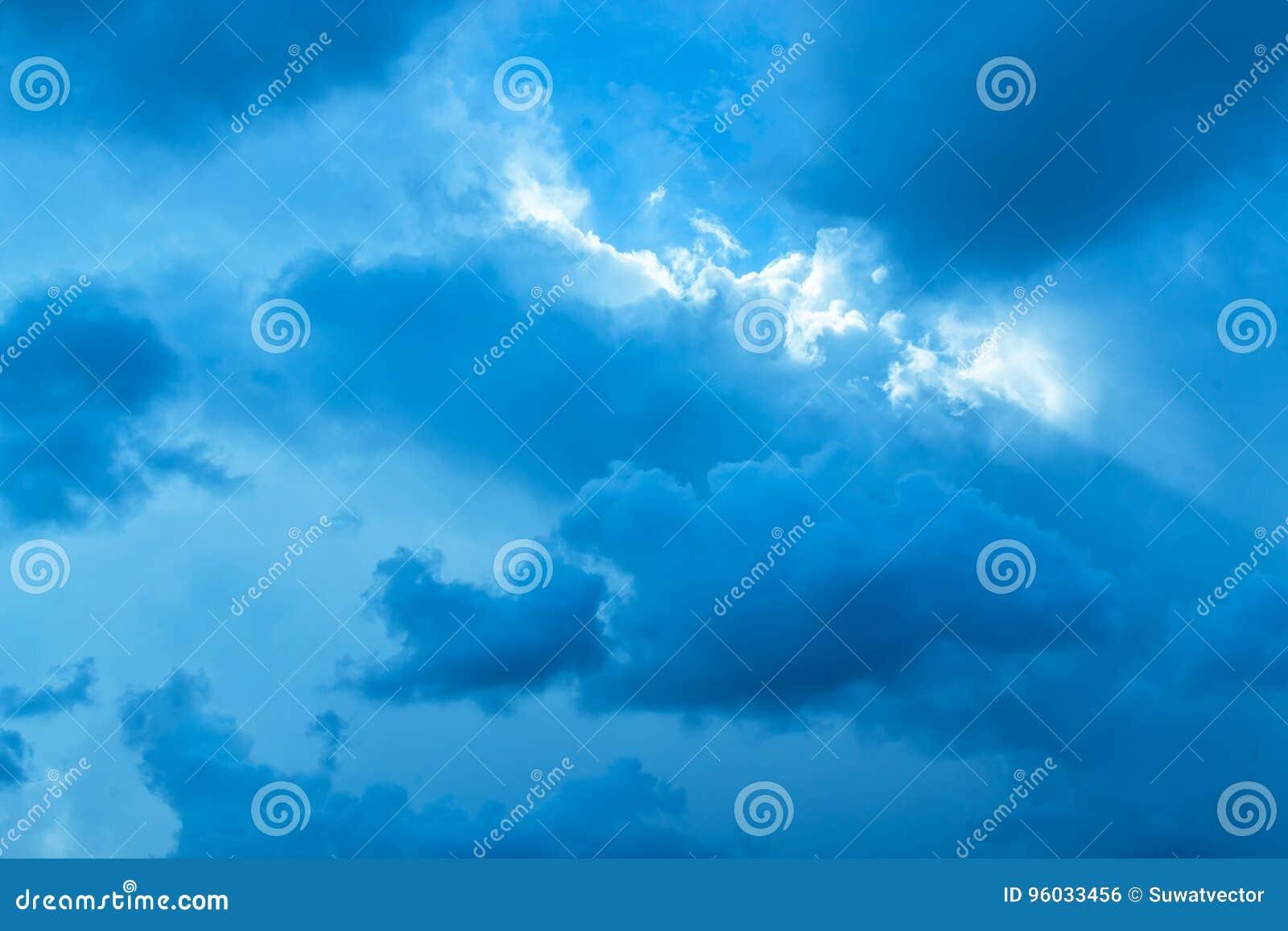 Błękitny tło niektóre chmury