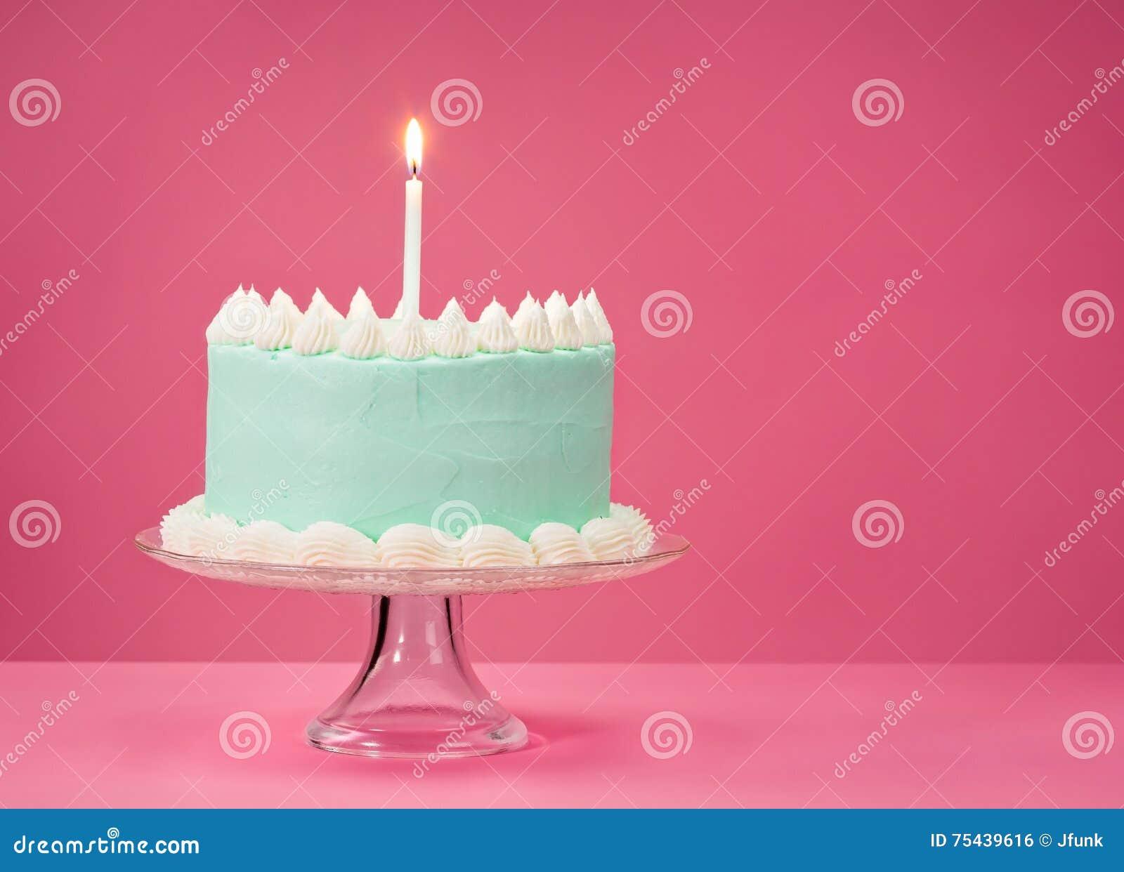 Błękitny Urodzinowy tort nad różowym tłem