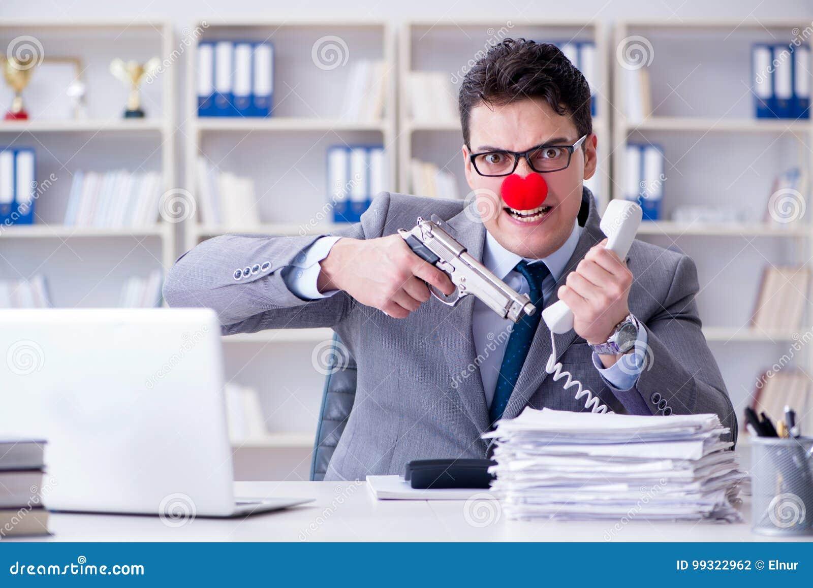 Błazenu biznesmen pracuje w biurowy gniewny sfrustowanym z a