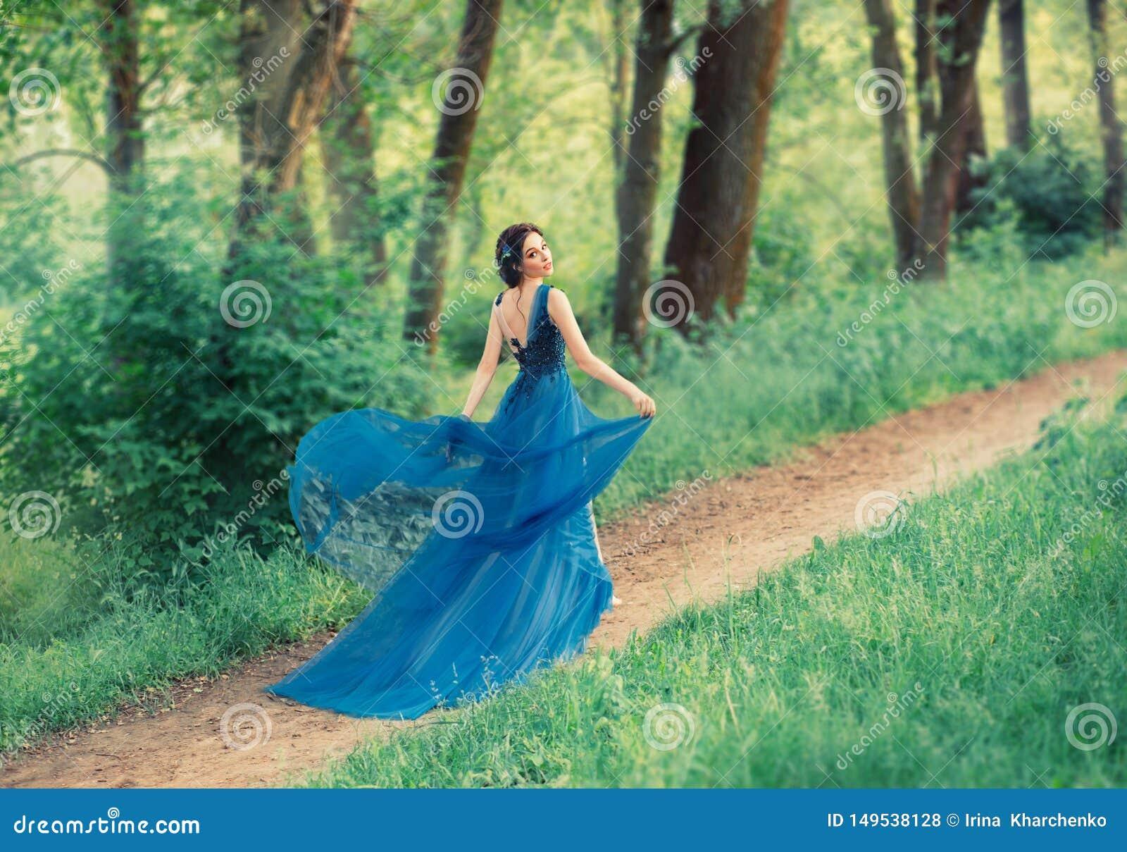 B?oga delikatna dancingowa dziewczyna, m?ody pi?kny princess chodzi wzd?u? tajnych lasowych ?cie?ek dama podnosi oblamowanie