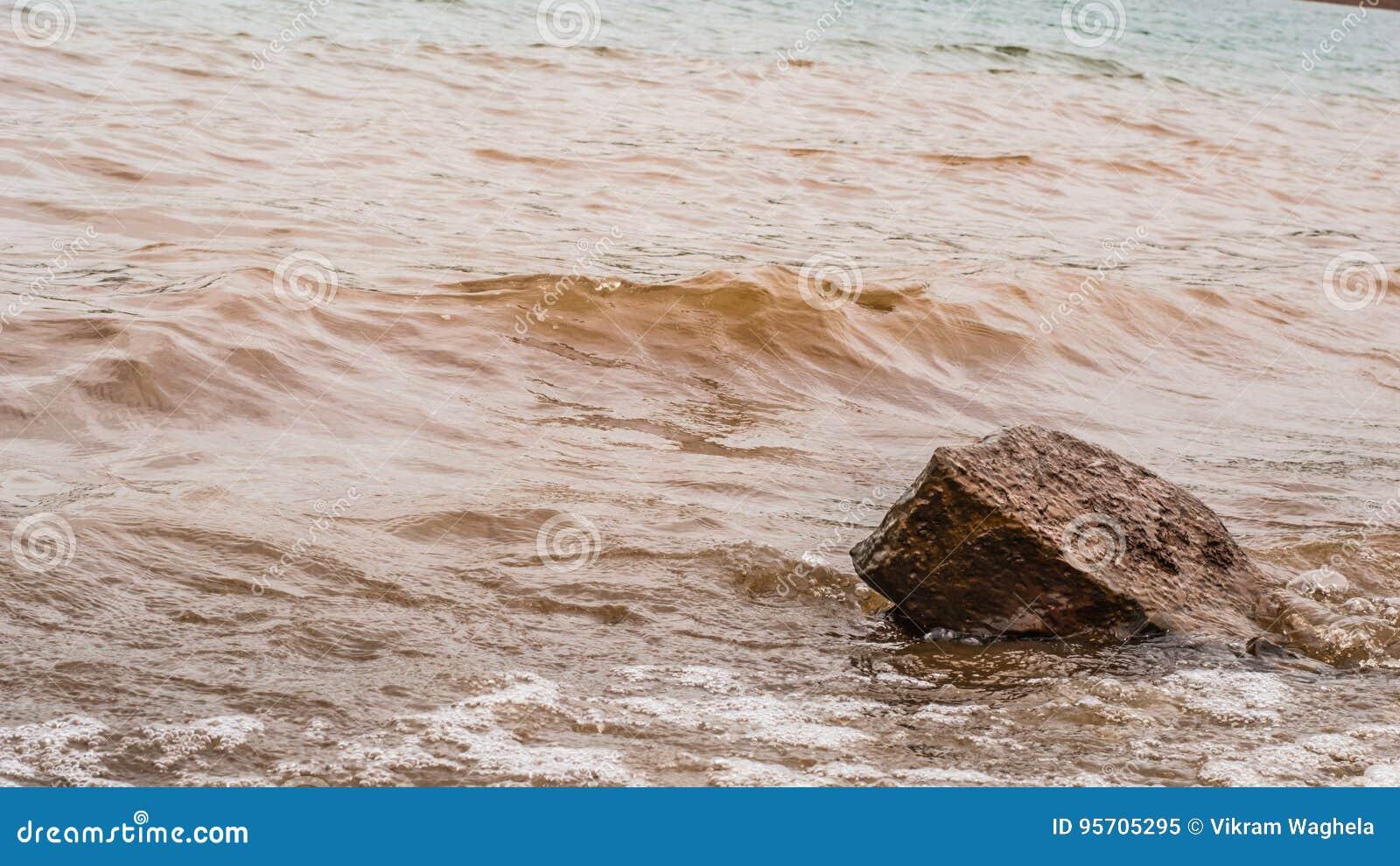 Błotniste Wodne fala Uderza skałę, Panshet