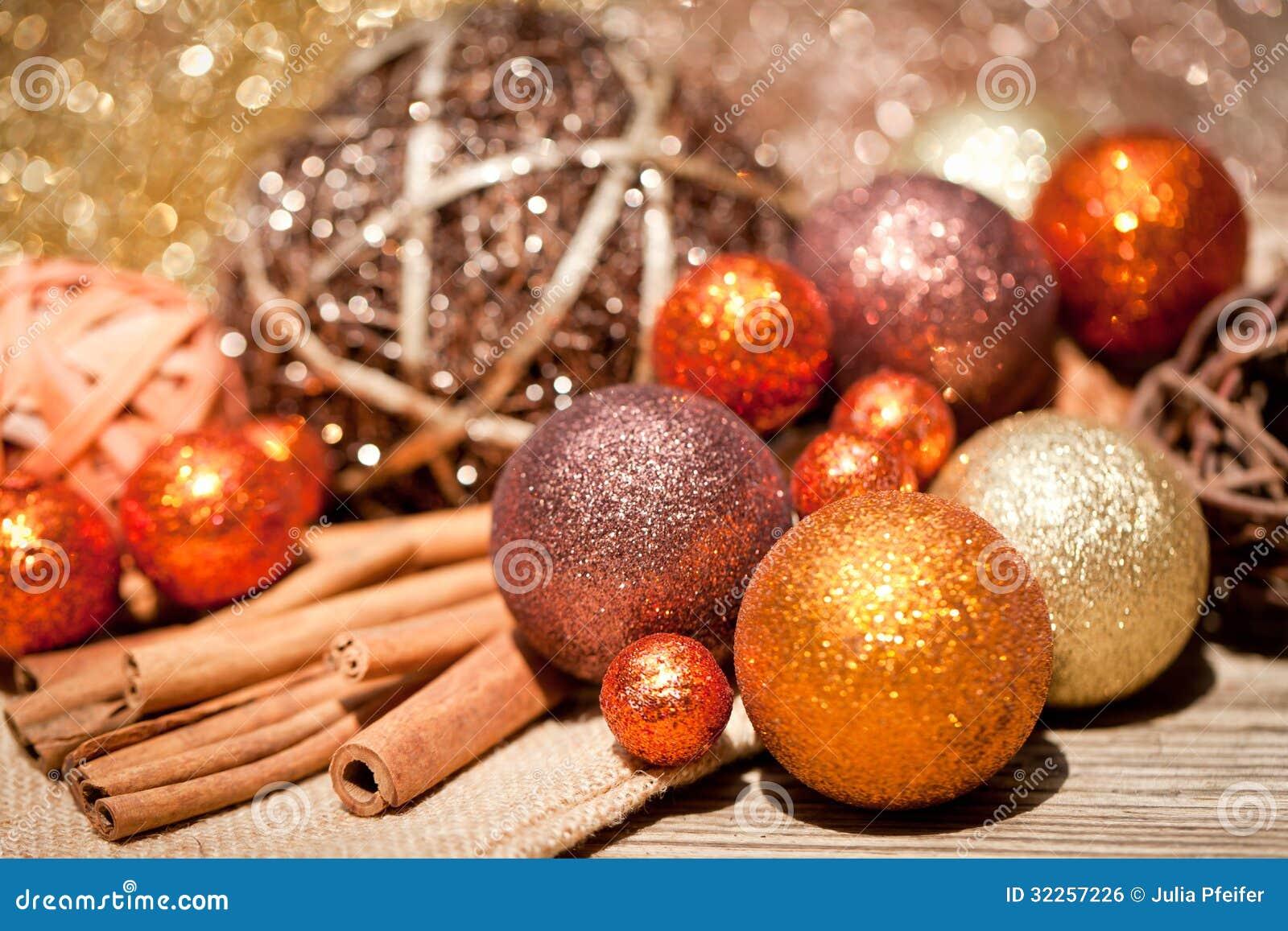 Błyskotliwa boże narodzenie dekoracja w pomarańczowym i brown naturalnym drewnie