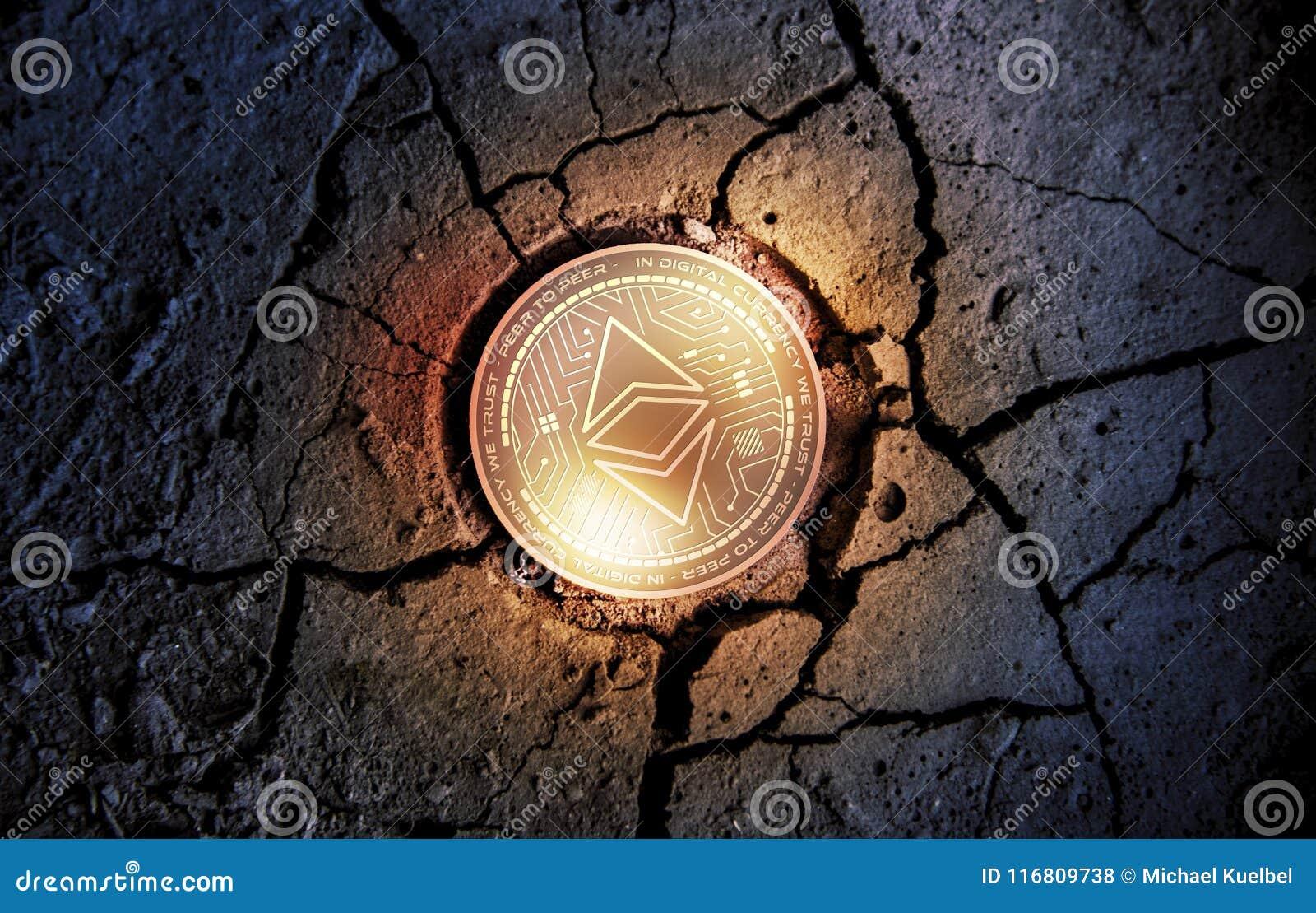 Błyszcząca złota ETHEREUM cryptocurrency KLASYCZNA moneta na suchym ziemskim deserowym tle minuje 3d renderingu ilustrację