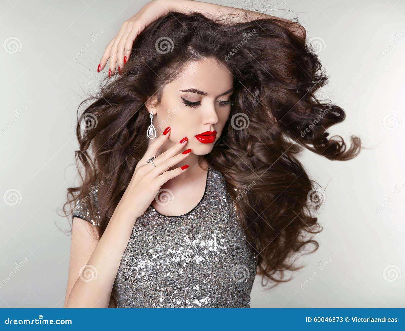 秀丽构成 健康长的头发 有棕色卷发的,波浪发型美丽的深色的女孩 被图片