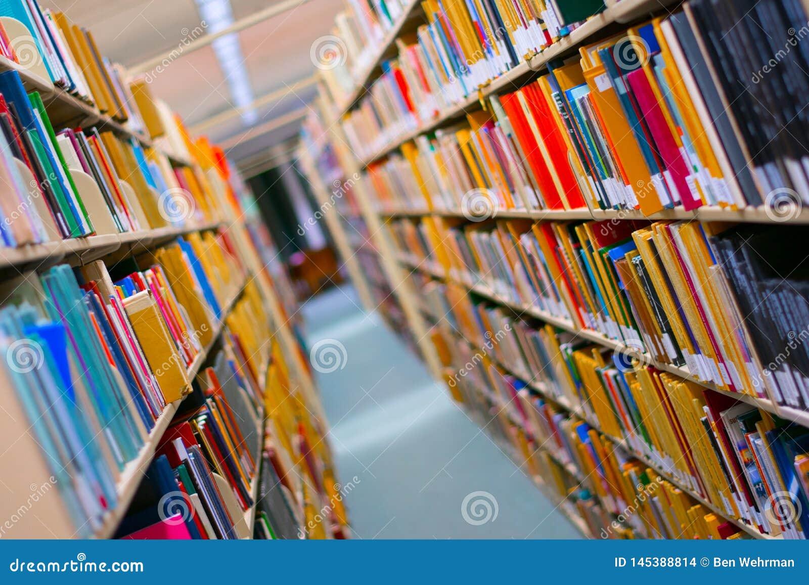 B?cherregal in einer Bibliothek