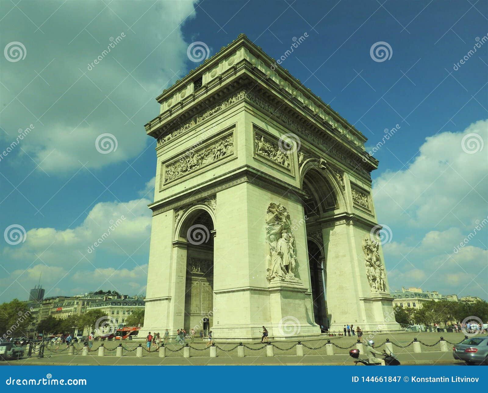 B?ge av Triumph, Champs-Elysees p? solnedg?ngen i Paris
