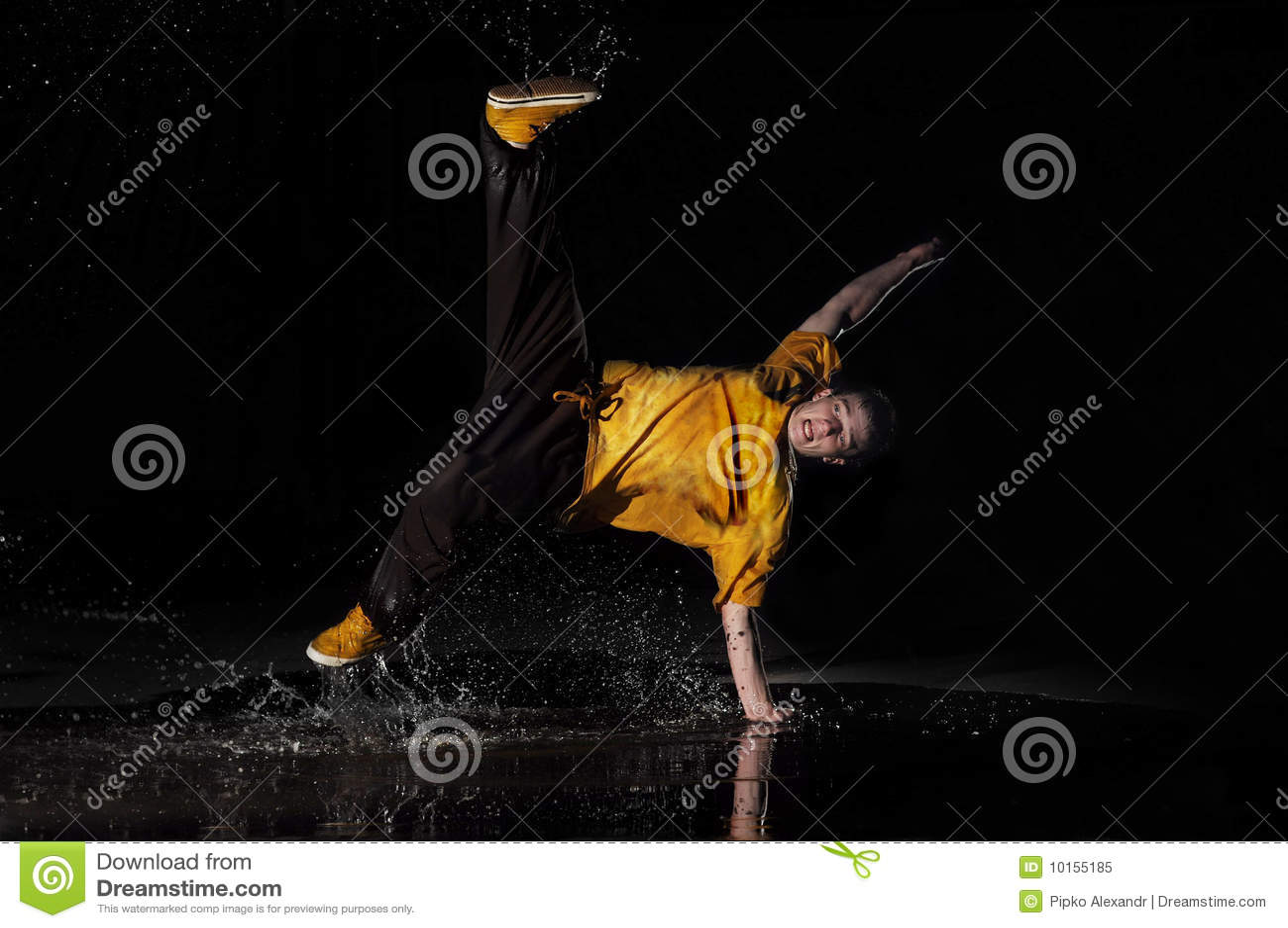 B-jongen dansen in water