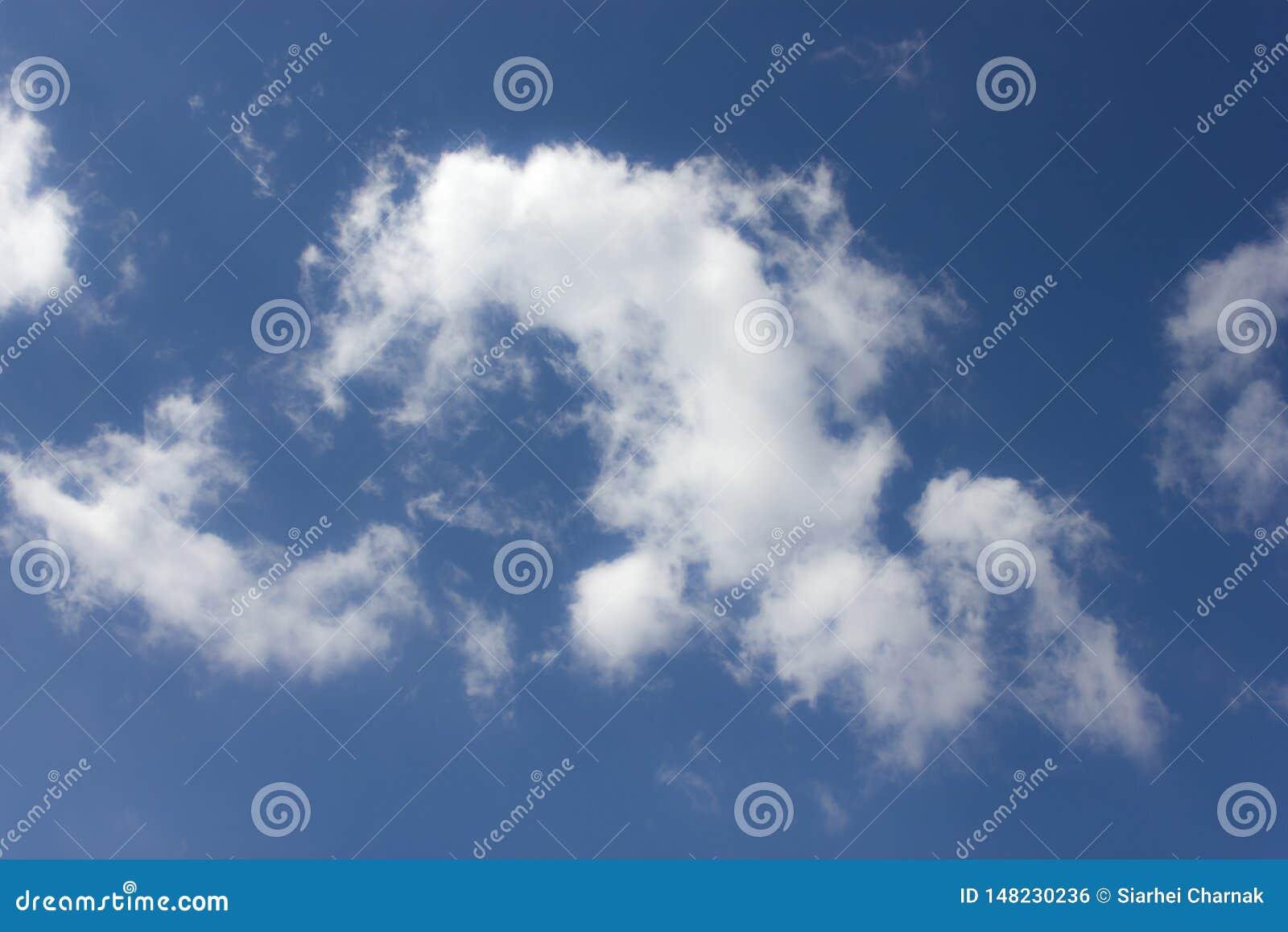 B??kit chmurnieje niebo biel