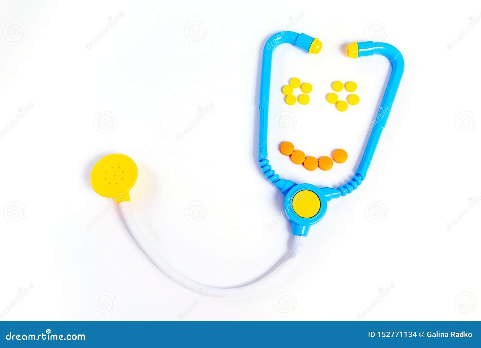 B??kitny stetoskop odizolowywaj?cy na bia?ym tle poj?cie k?ama medycyny pieni?dze ustalonego stetoskop Dziecko zabawki zawód leka