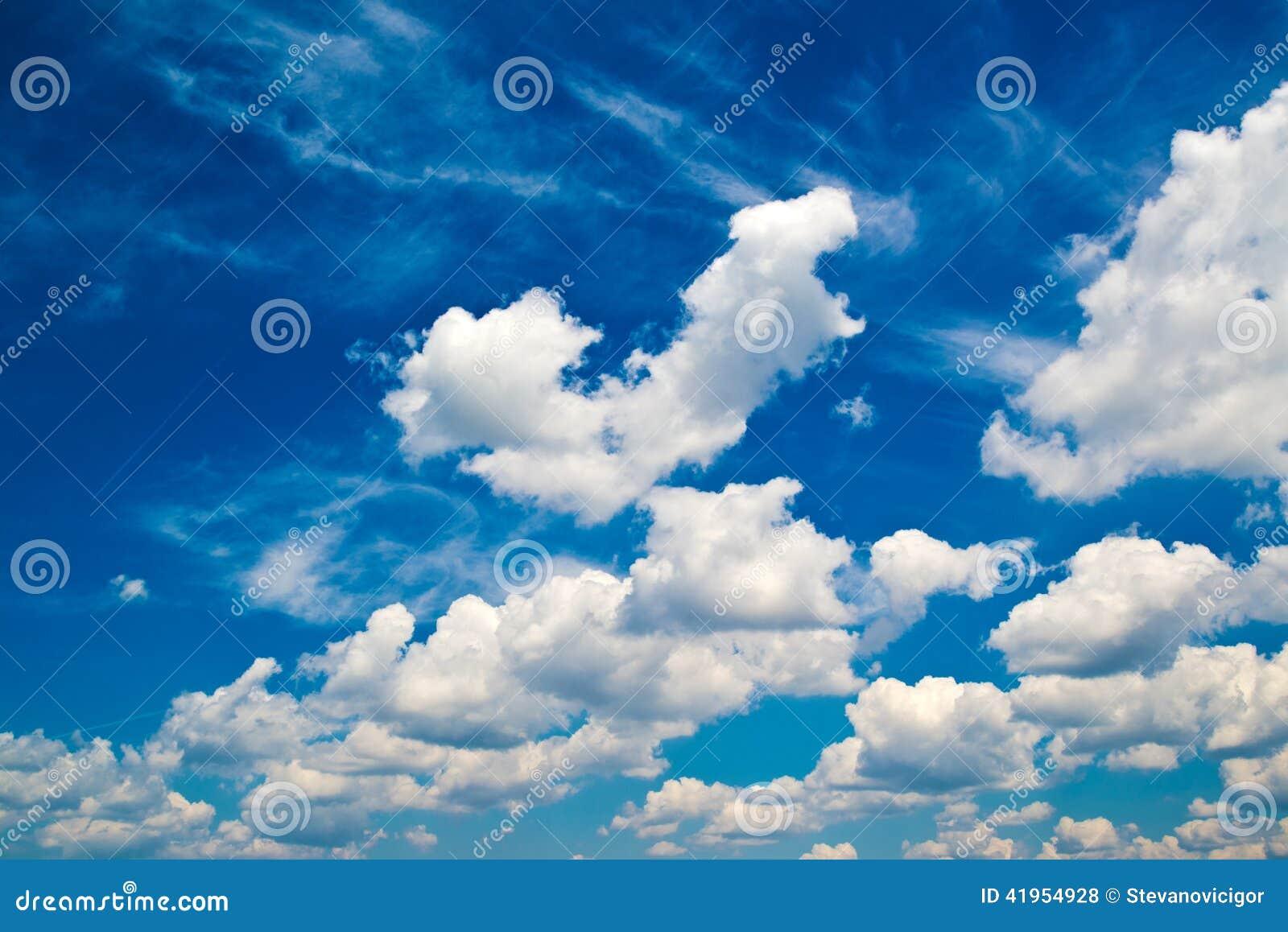 B??kitny ?wiat?a dziennego lata niebo z bia?ymi chmurami