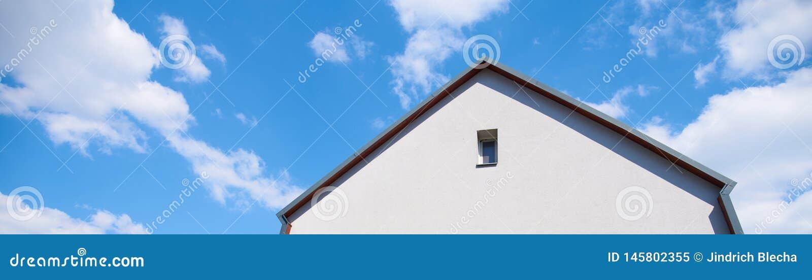 B?timent, villa, contre un ciel bleu avec les nuages blancs