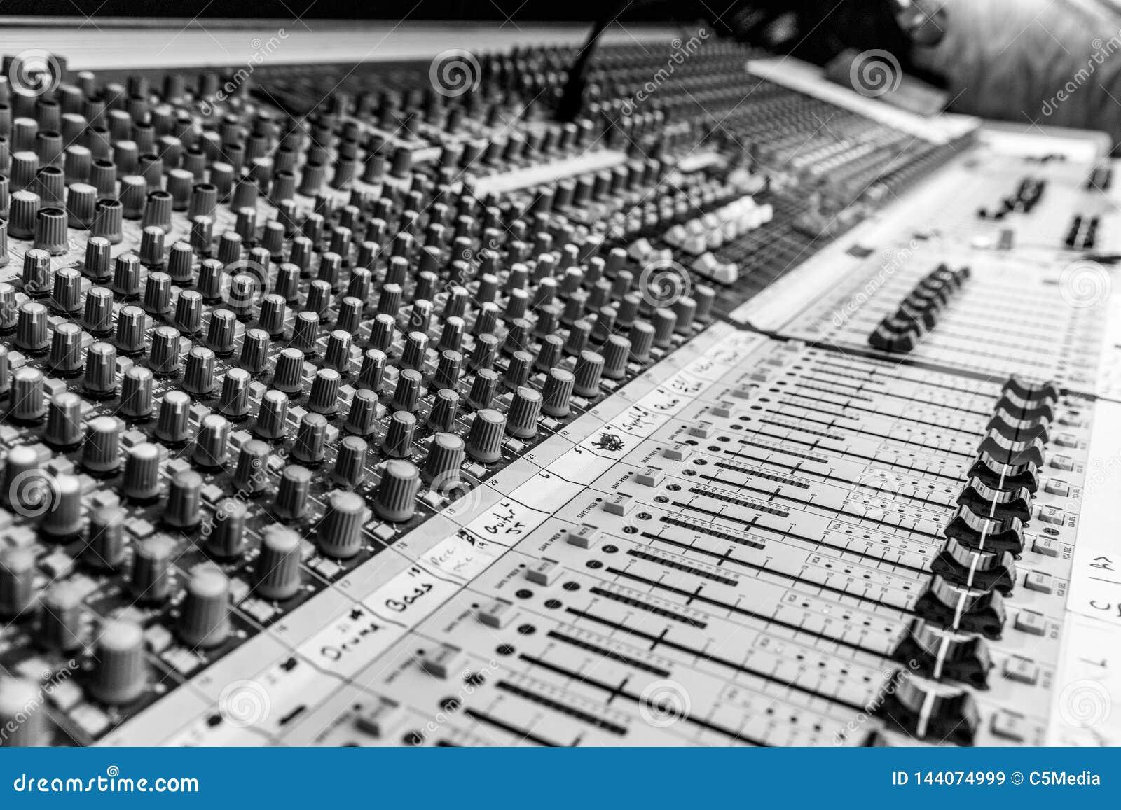 B&W van Analoge Audio-mixingconsole
