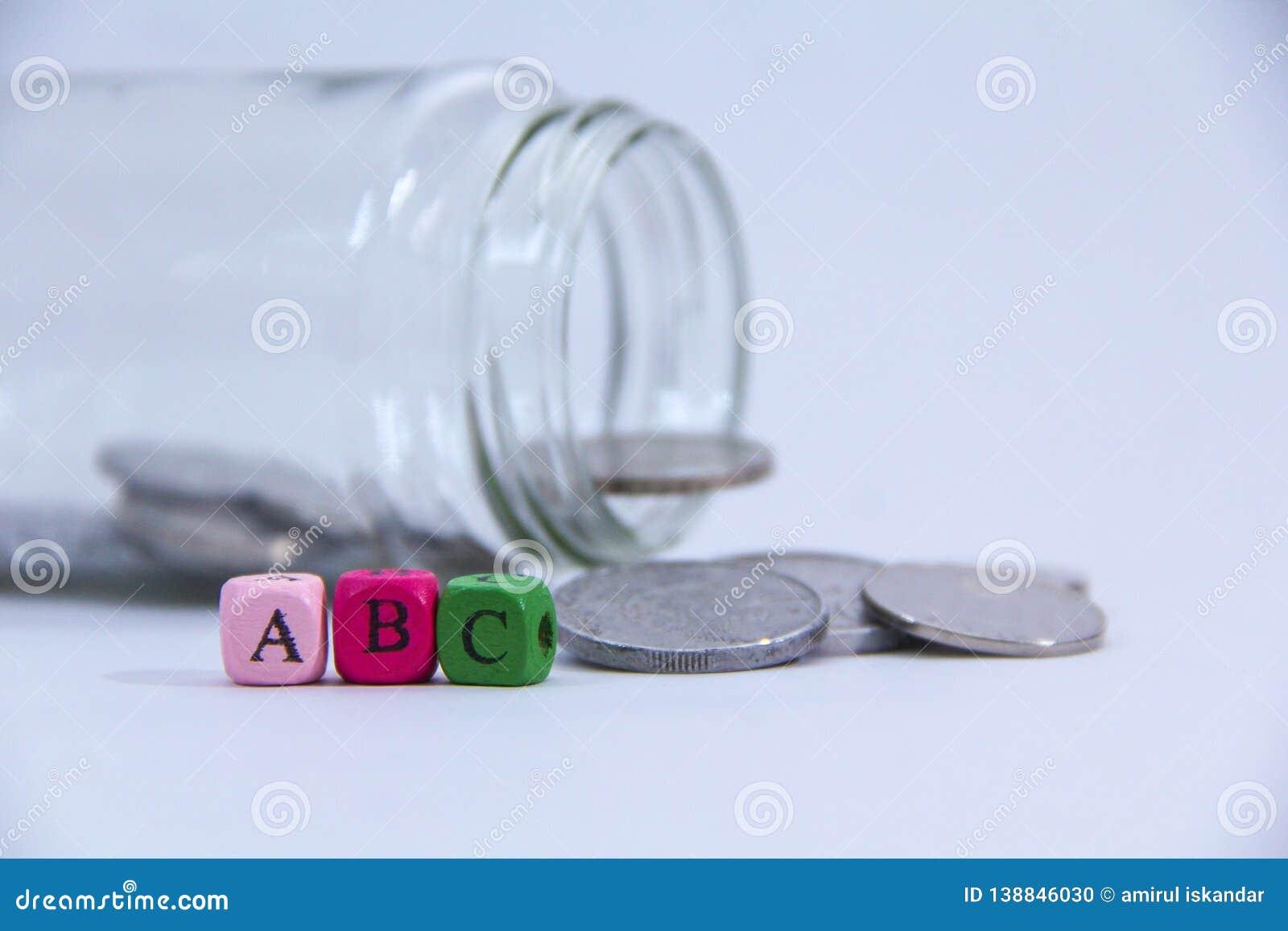 , B y C en bloque de madera con la moneda en la parte posterior