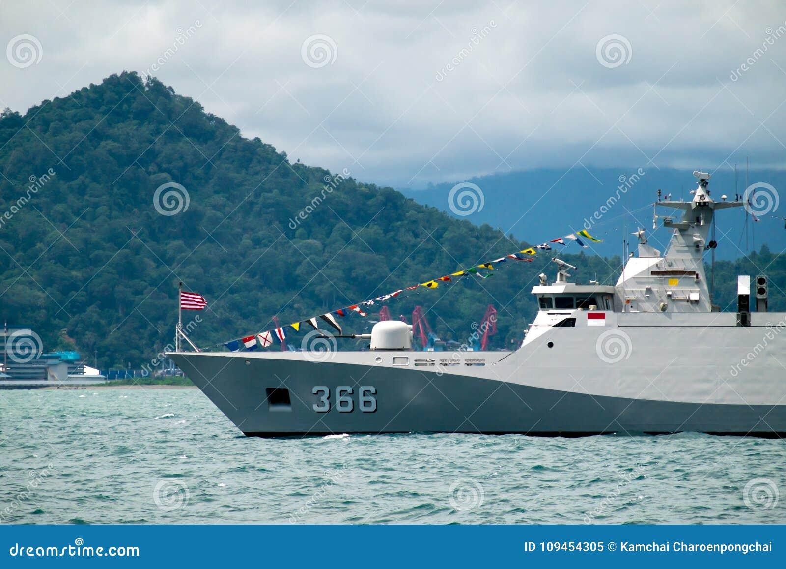 Baía de Padang, Indonésia, o 13 de abril de 2016: A fragata da classe de KRI Sultan Hasanuddin Sigma da marinha do ` s de Indonés