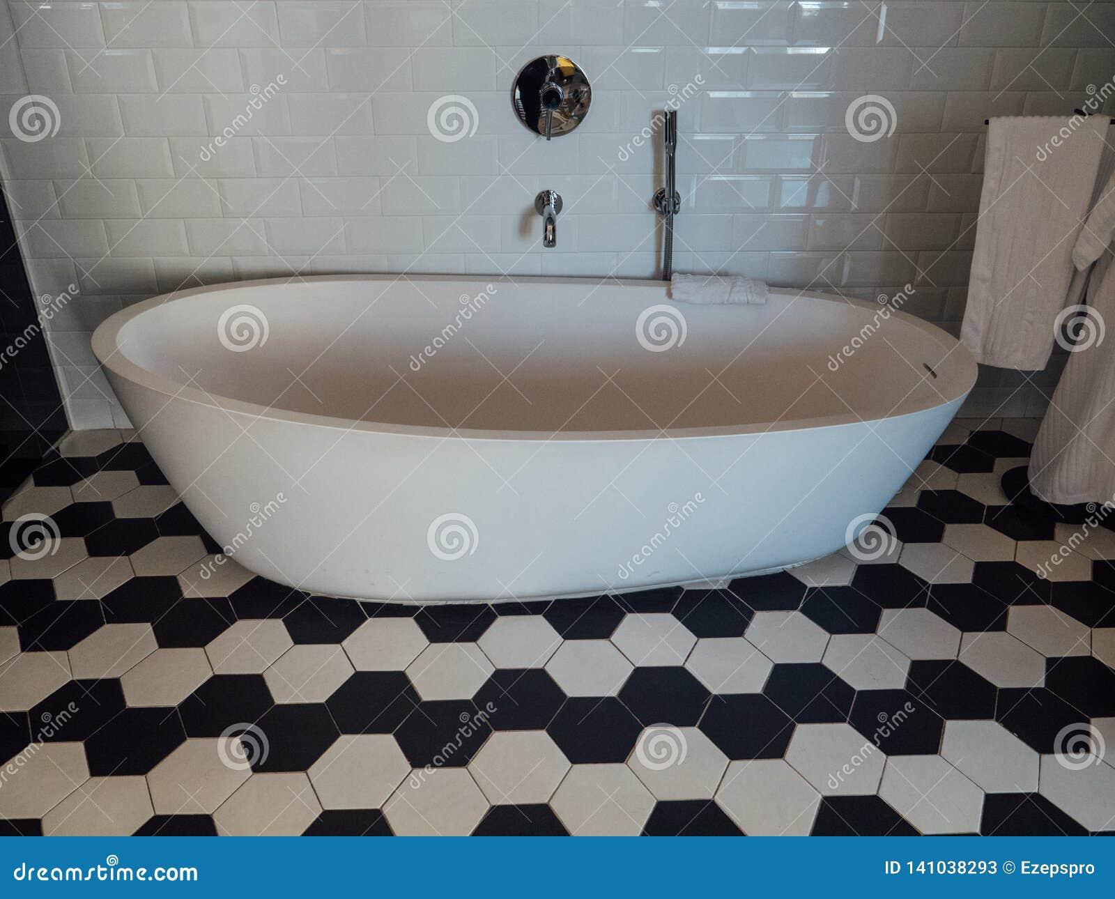 Bañera del diseñador en la habitación de lujo