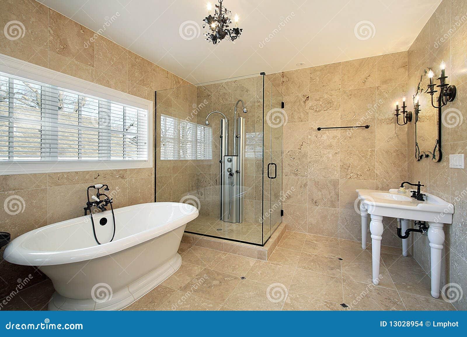 Ba o principal con la ducha de cristal grande imagenes de for Banos con ducha grande