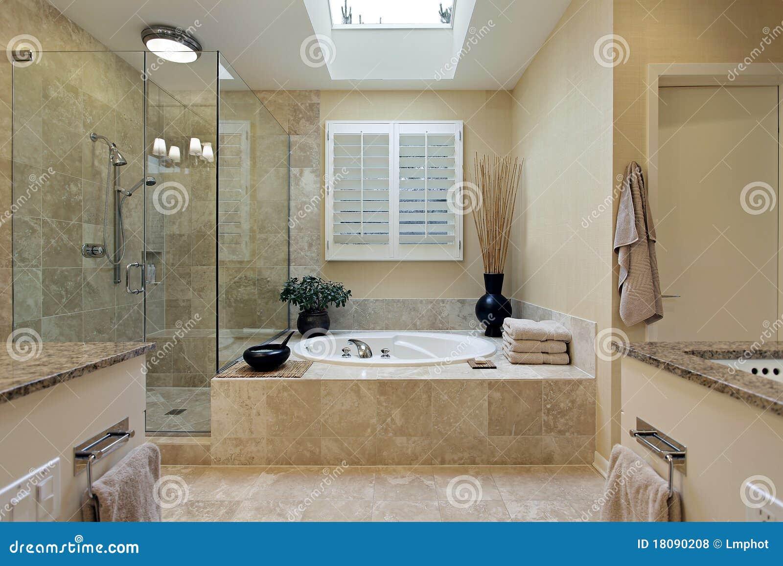 Baños Residenciales Modernos:Fotos de archivo libres de regalías: Baño principal de lujo con el