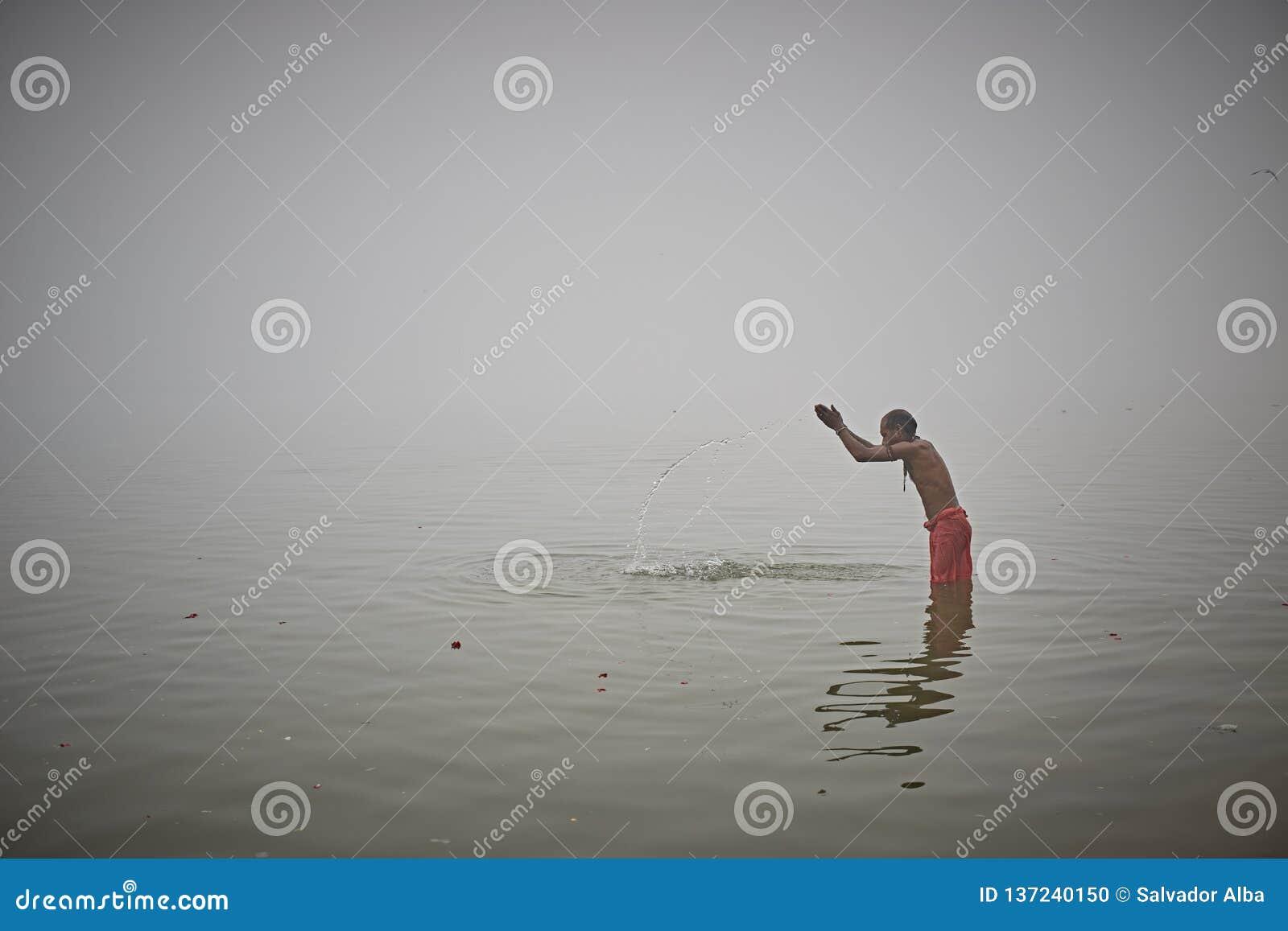 Baño ritual en el río Ganges