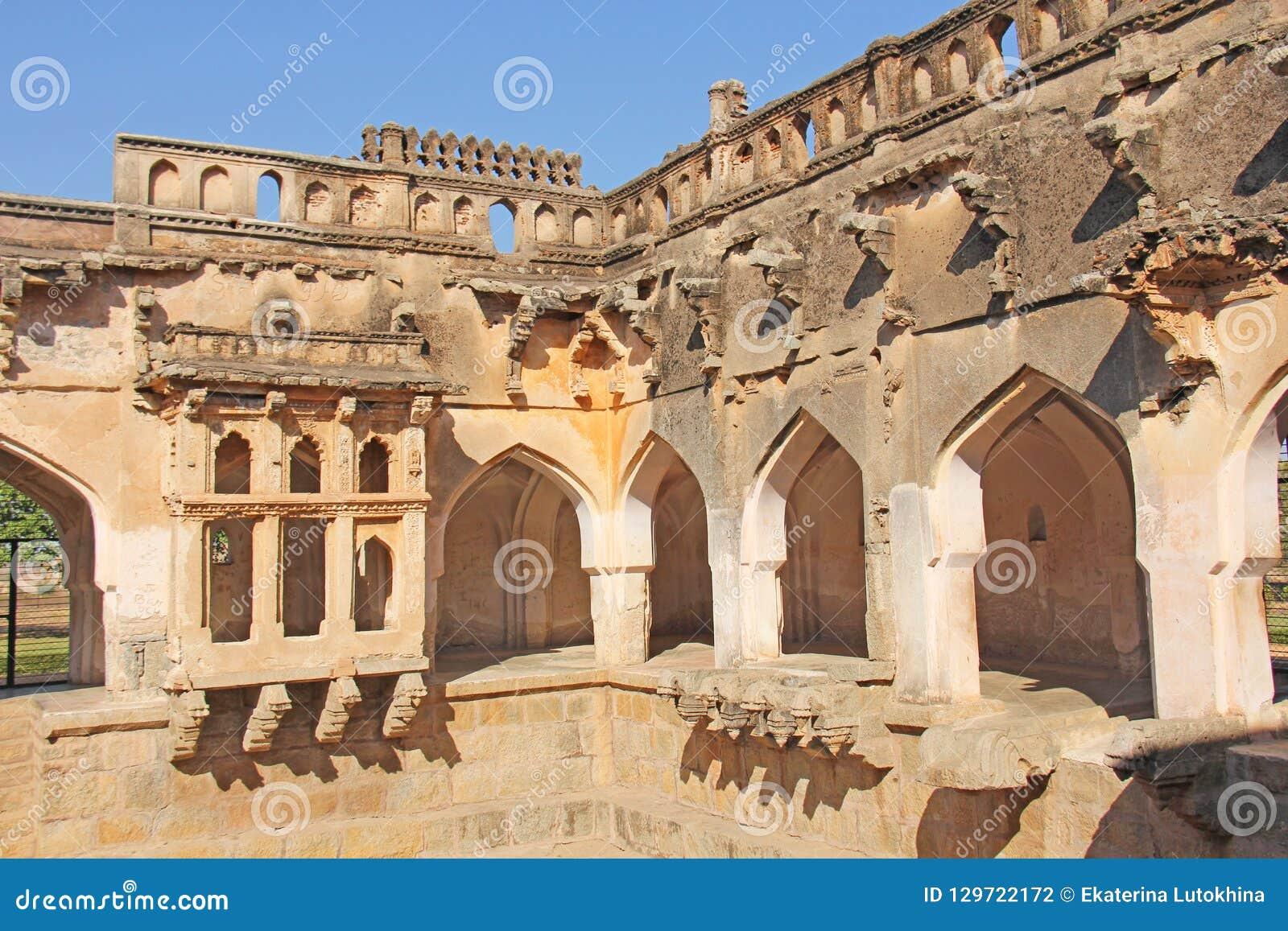Baños de la reina en Hampi, estado de Karnataka, la India Talla del anci de piedra