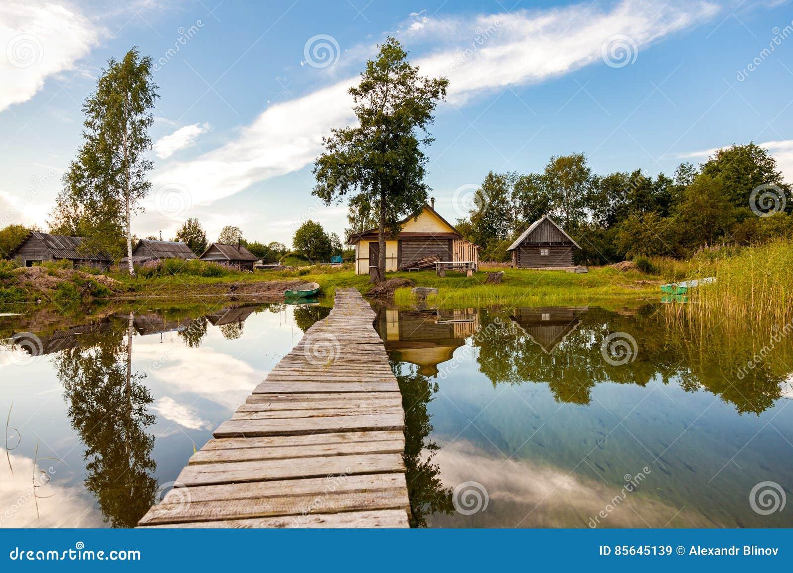 Banos Lago.Banos De Madera Rusos Tradicionales En El Banco Del Lago