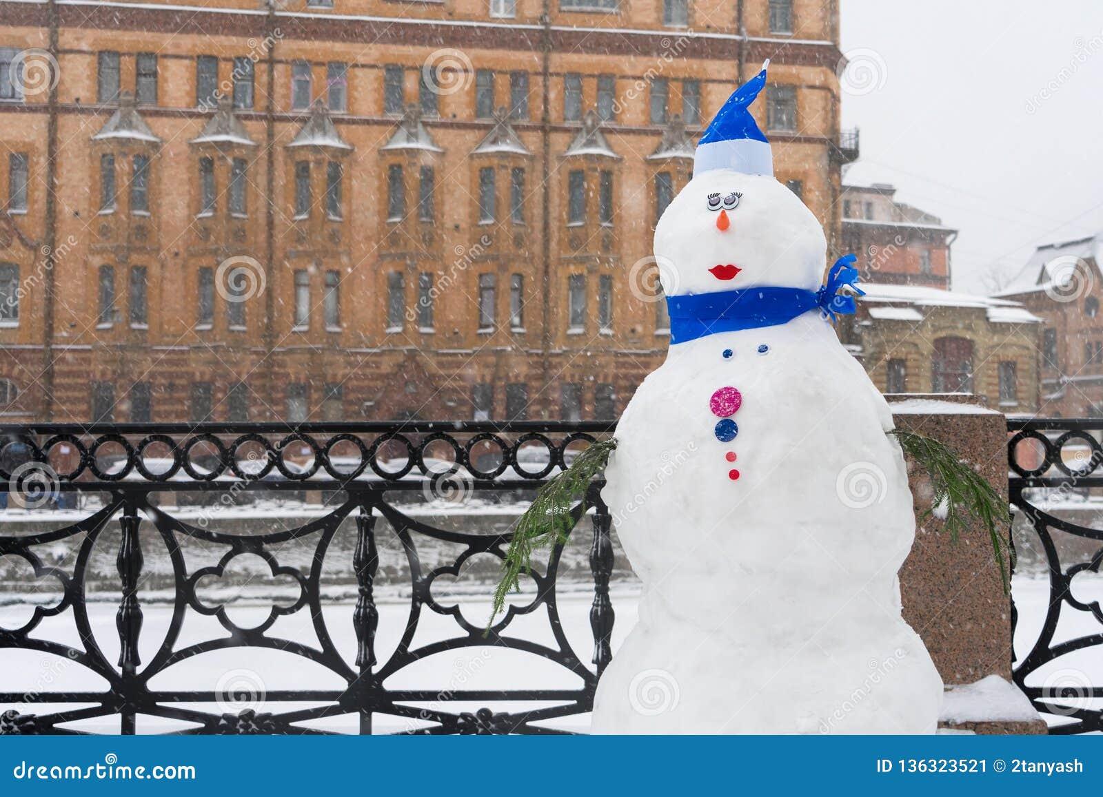 Bałwan na zima bulwarze, Bożenarodzeniowe dekoracje w mieście Nowego Roku świętowanie w StPetersburg, Rosja podczas opad śniegu