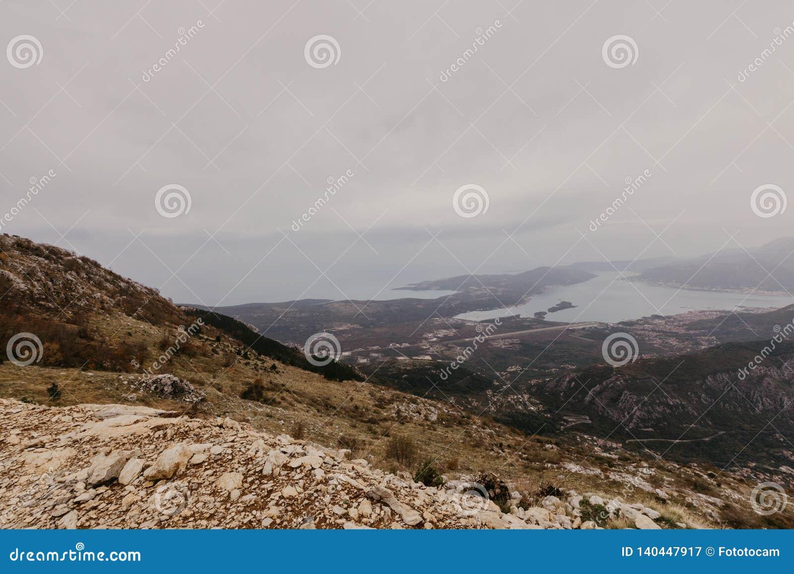 Baai van Kotor van de hoogten Mening van Onderstel Lovcen aan de baai Mening neer van het observatieplatform op de berg Lovcen