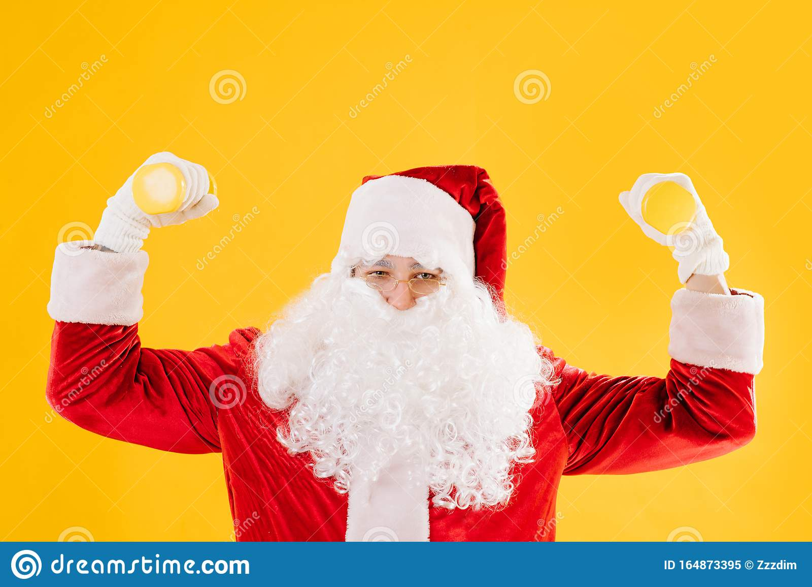 Immagini Stupide Di Natale.Babbo Natale Che Fa Esercizio Con Piccoli Stupidi Sullo Sfondo Giallo Immagine Stock Immagine Di Fictional Comic 164873395