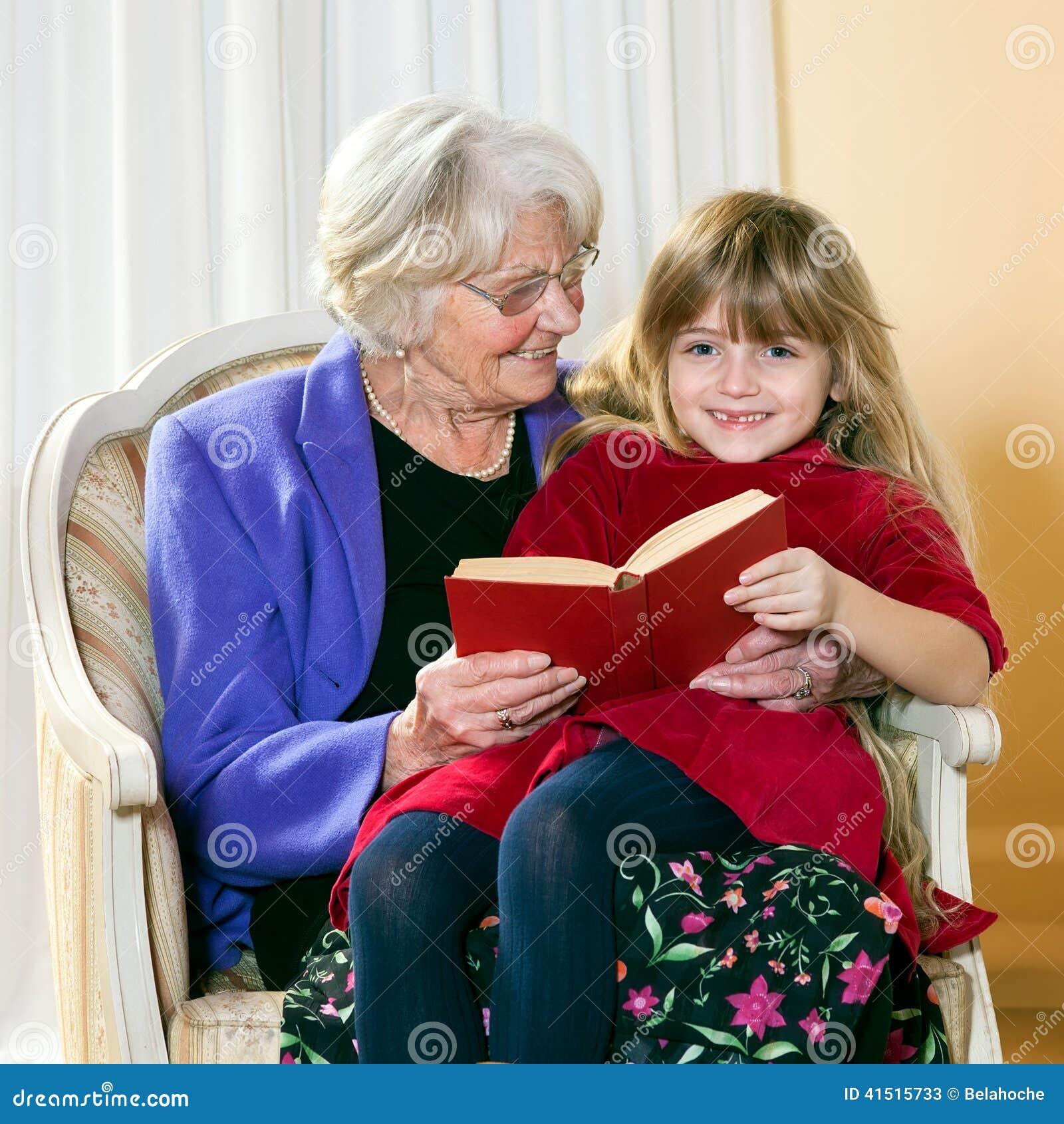 Babcia Czyta Jej Uroczysta córka
