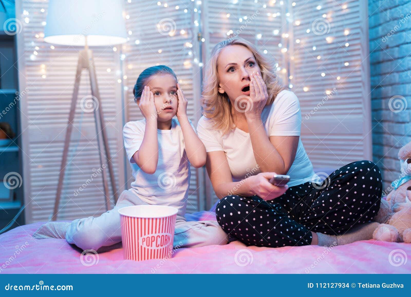 Babcia i wnuczka oglądamy film na tv przy nocą w domu