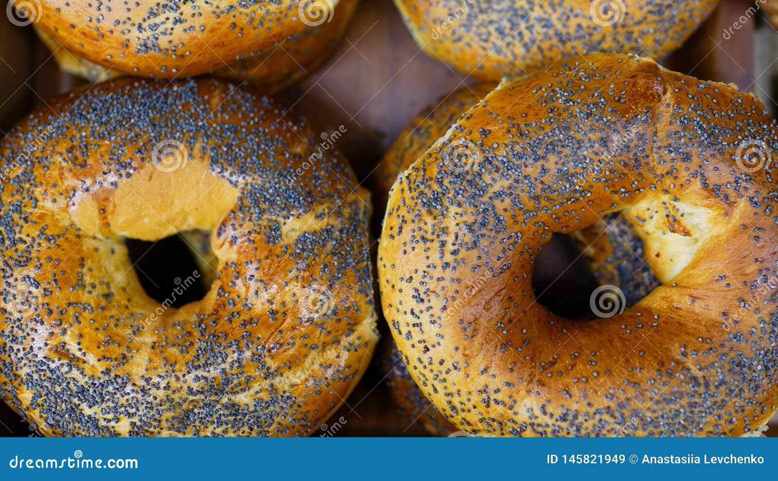 Babeczka z makowymi ziarnami ?wie?e babeczki od piekarnika Konwejer z chlebem piekarni projekta wizerunku produkty