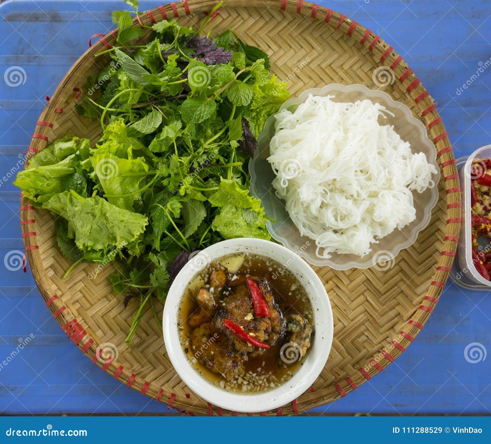 ` babeczki cha ` - sławna wietnamczyka kluski polewka z bbq mięsem, wiosny rolką, wermiszel i świeżym warzywem, słuzyć na bambuso