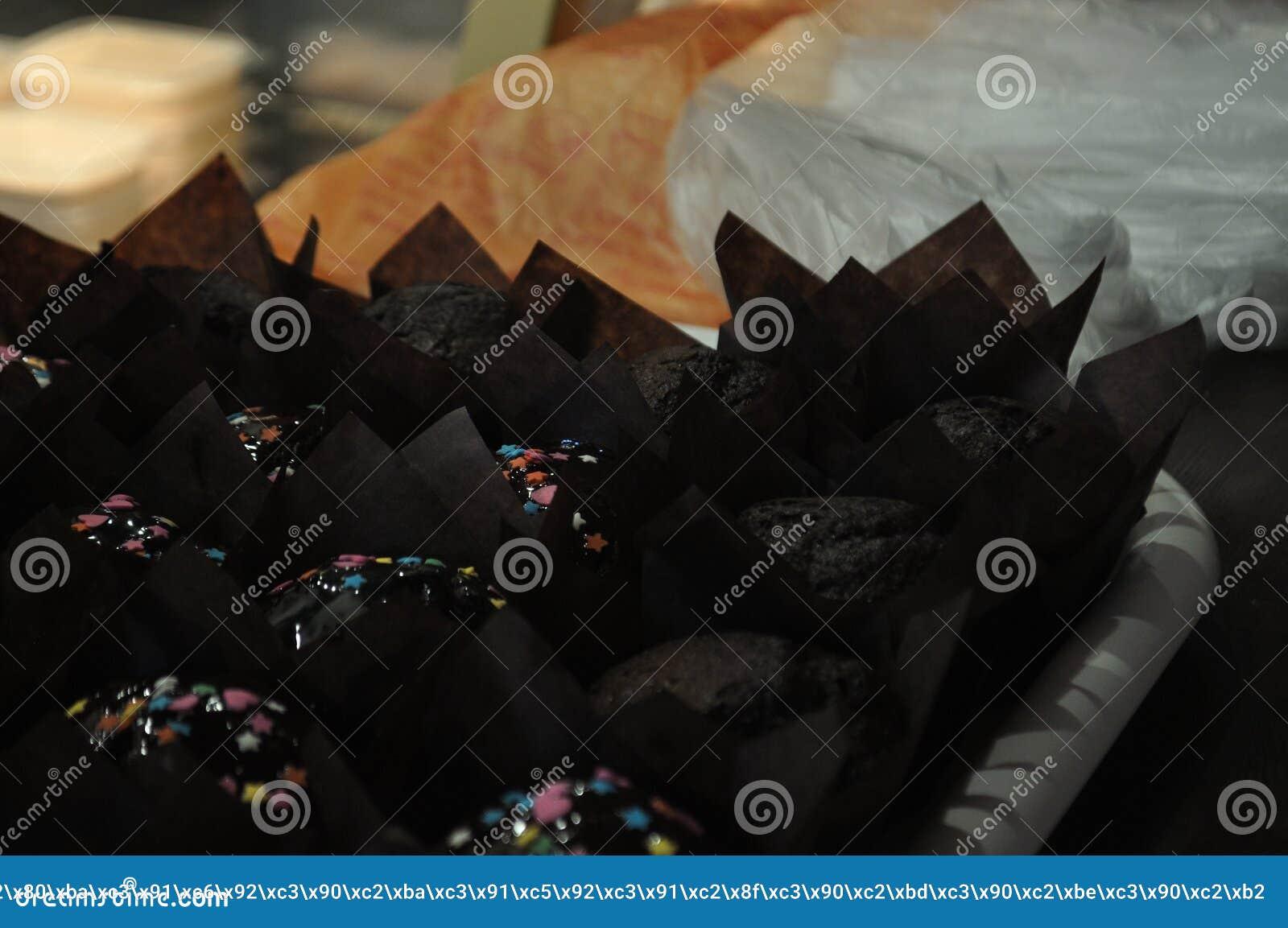 Babeczki w czarnym opakunkowym papierze